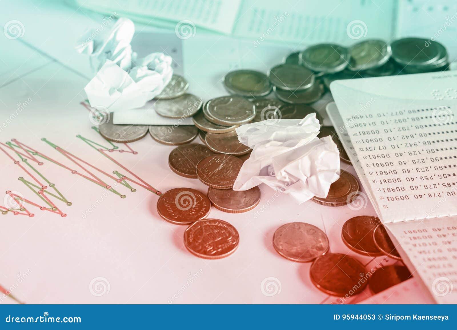 Bureau malpropre avec des pièces de monnaie, livre de comptes