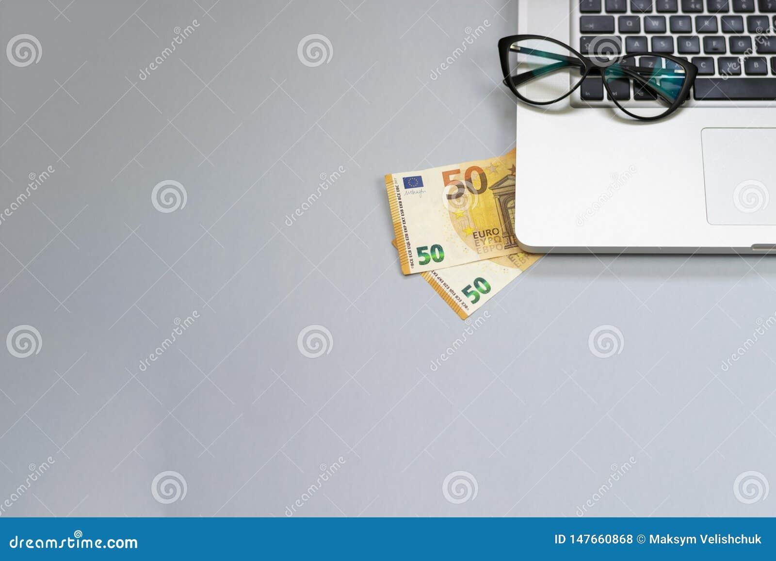 Bureau met geld, laptop, glazen