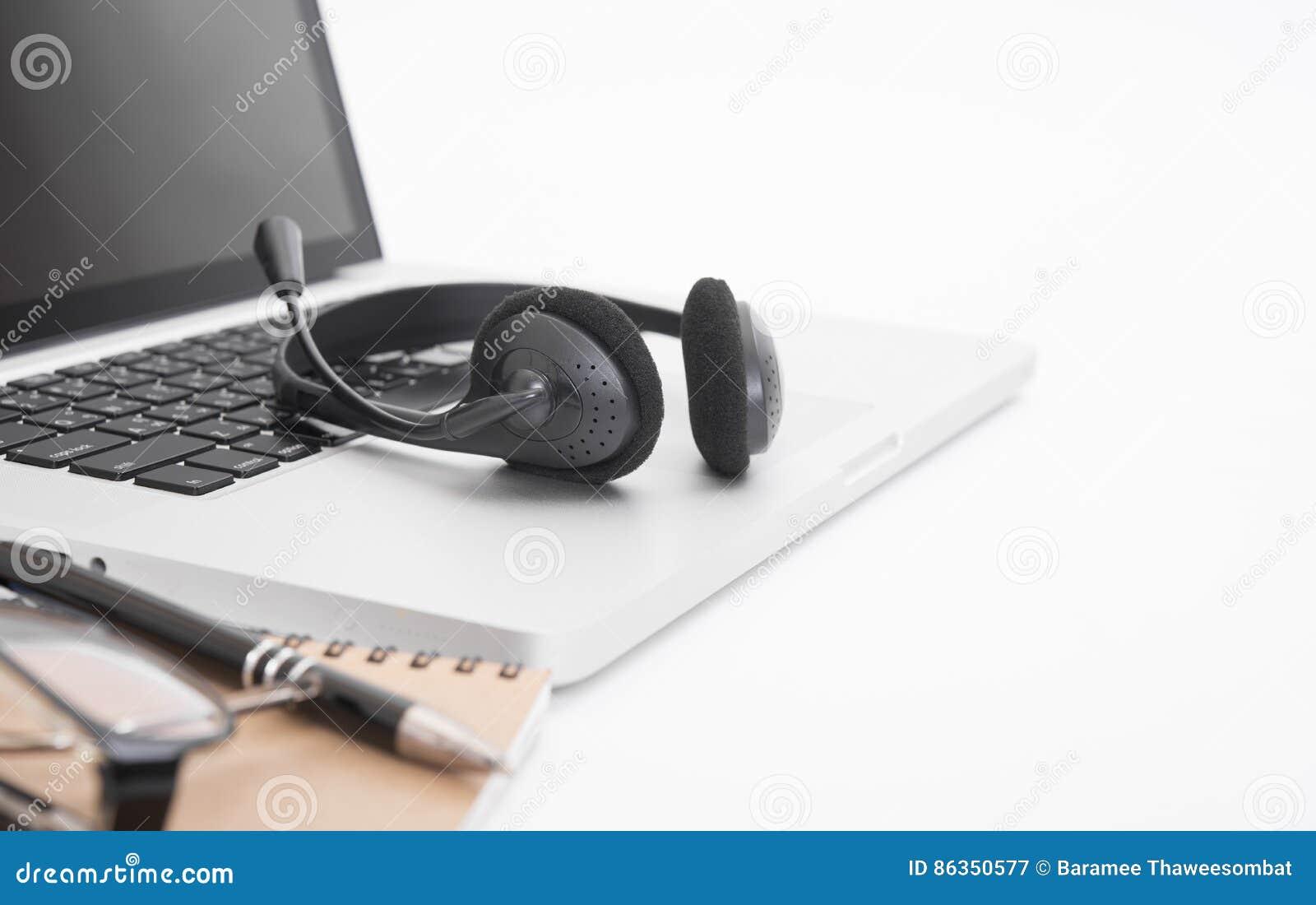 Bureau moderne avec l ordinateur carnet casque image stock