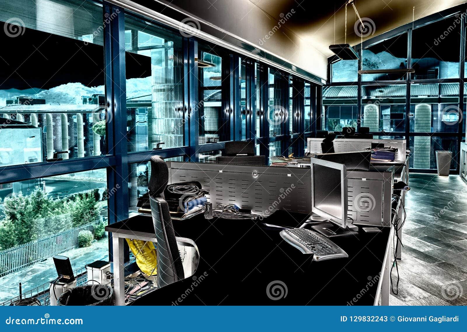 Bureau moderne avec les bureaux encombrés concept d affaires image
