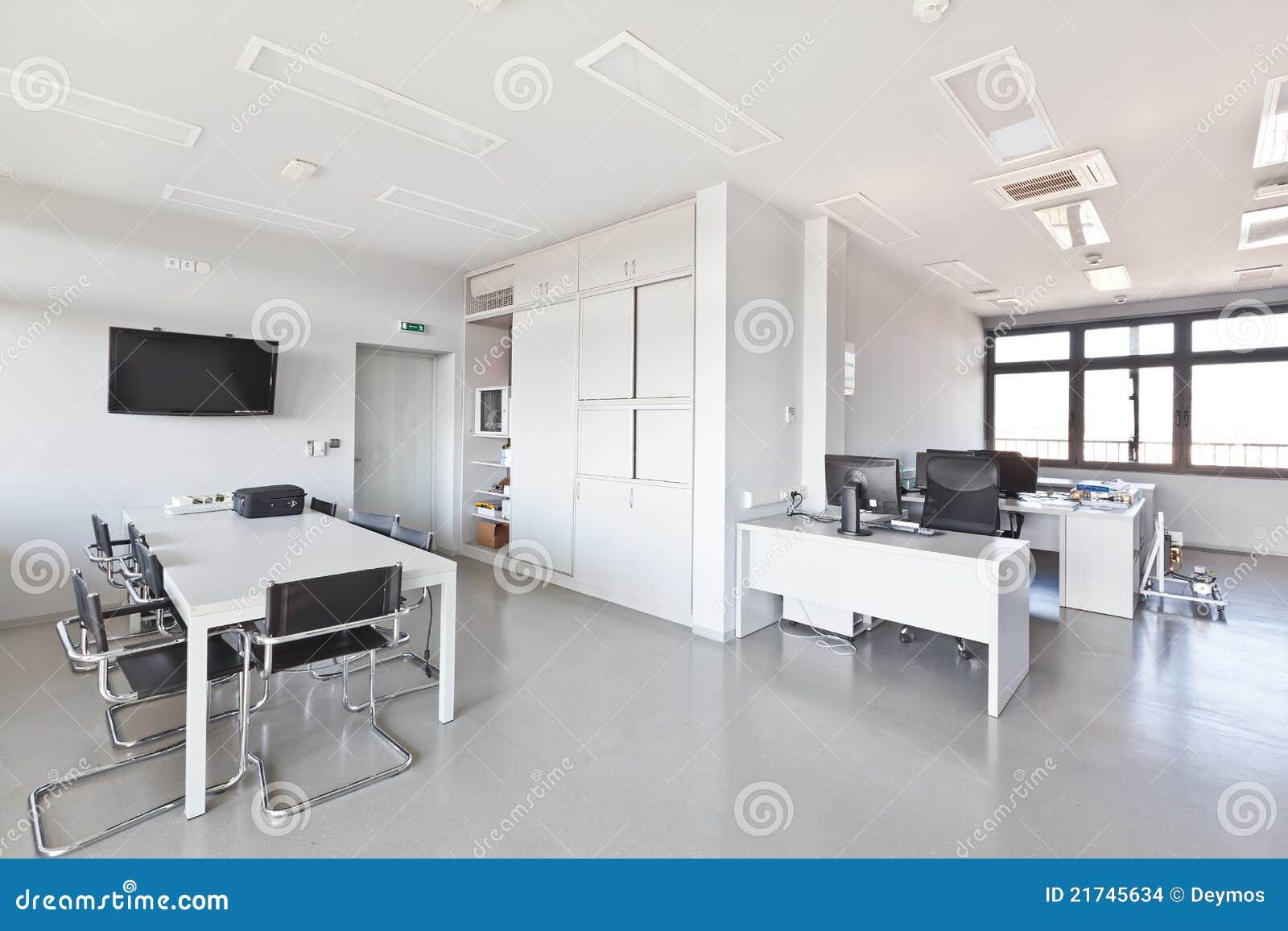Bureau moderne avec les meubles blancs images stock for Bureaux blancs