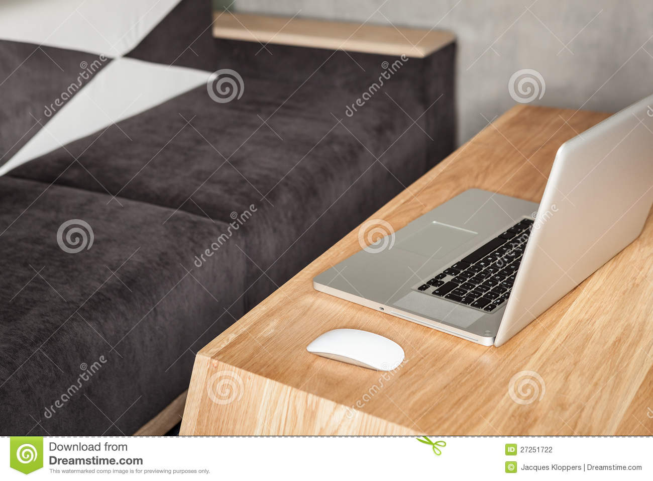 Bureau moderne de salon avec l ordinateur portatif photo stock