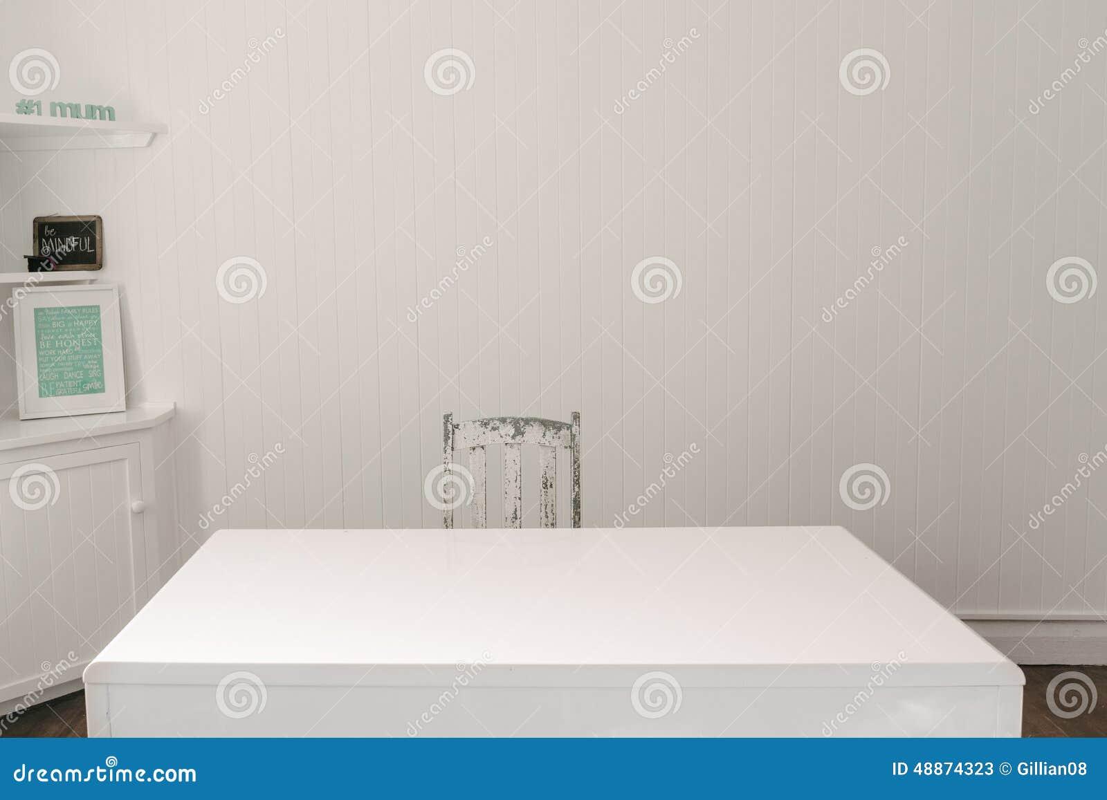 Bureau vide avec la chaise de vintage de bois de construction