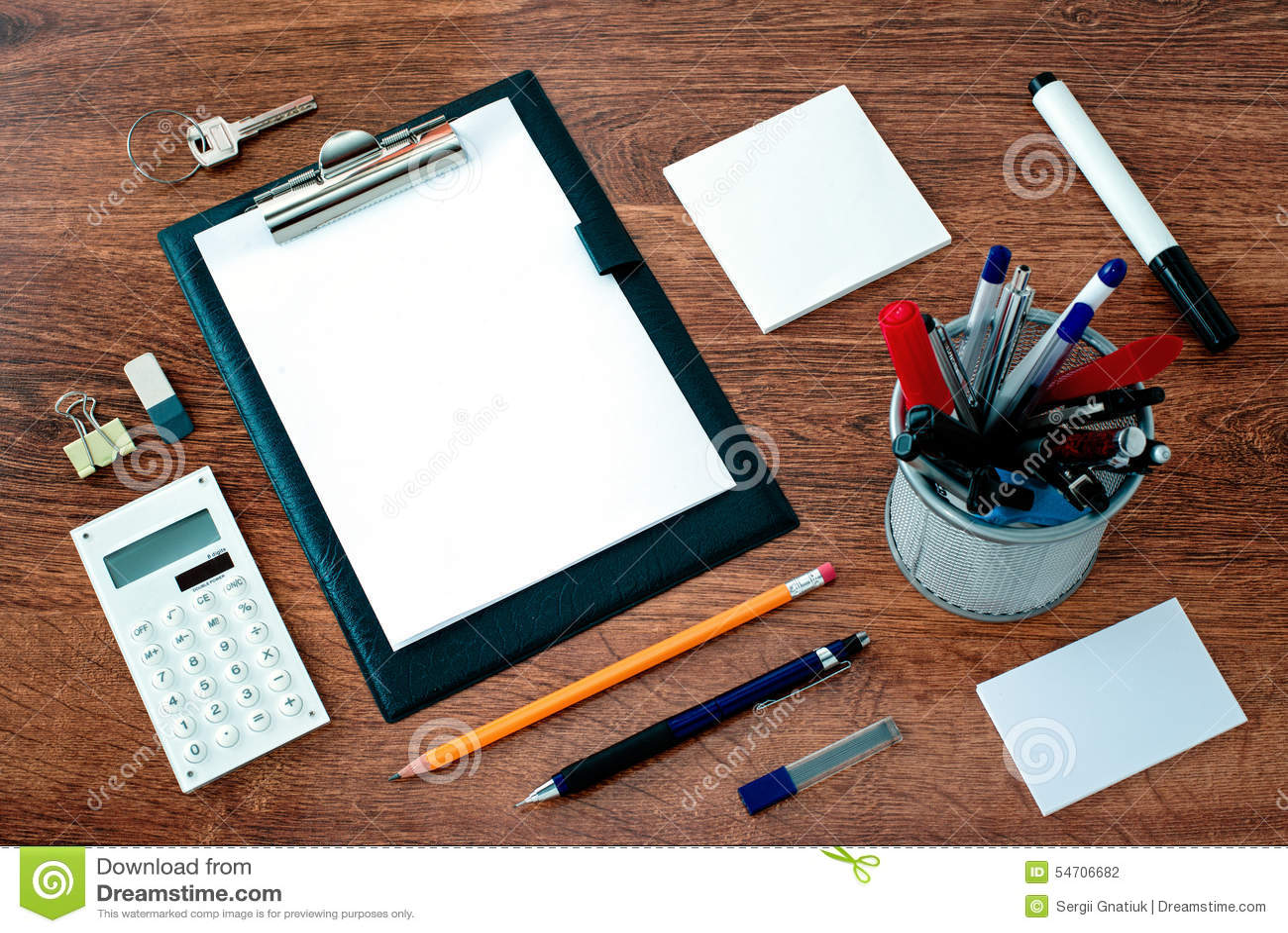 Bureaulevering rond klembord op bureau wordt geschikt dat stock