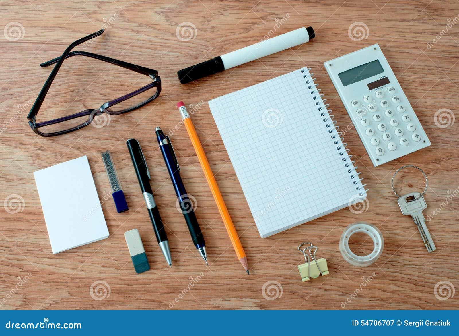 Bureaulevering rond notitieboekje op bureau wordt geschikt dat