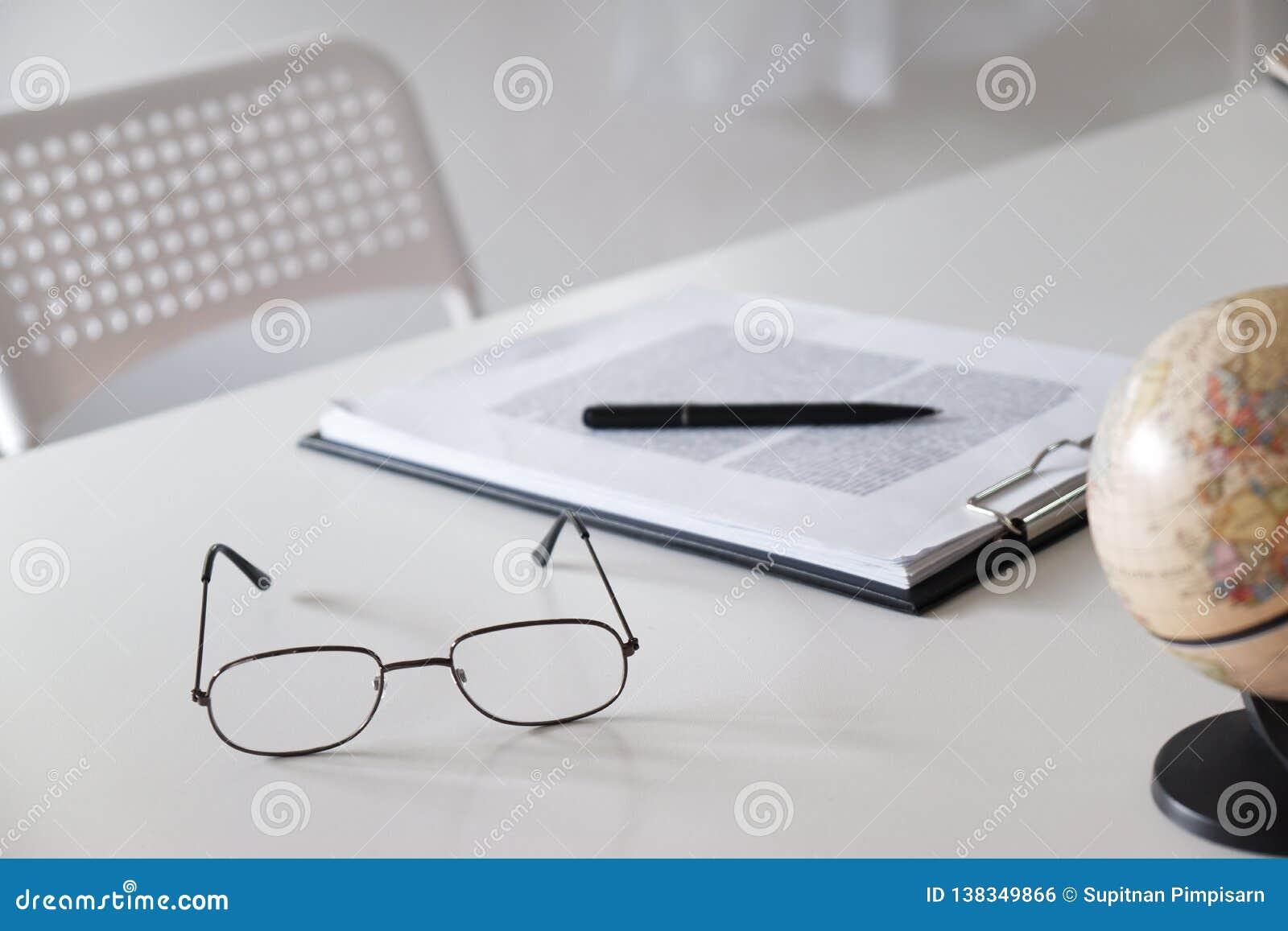 Bureaulijst met glazen, pen, potlood en wereldkaart