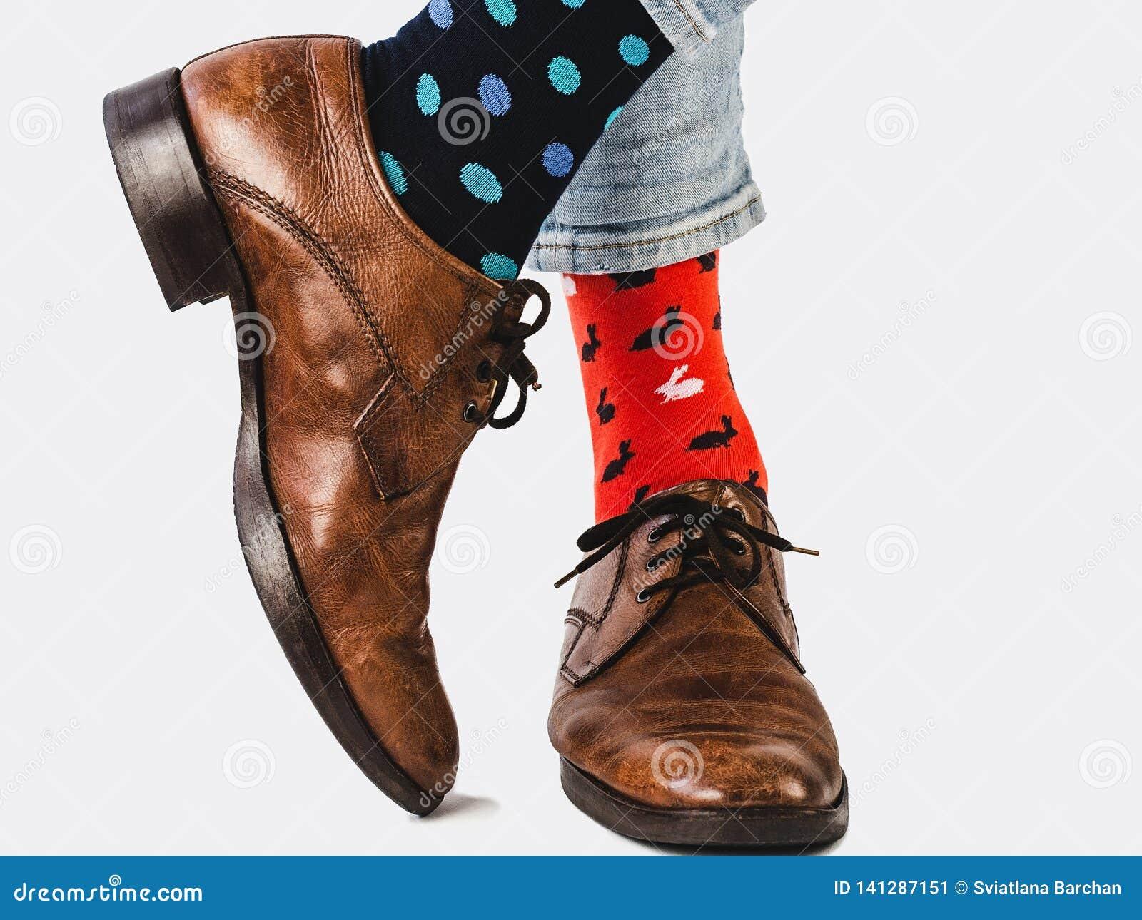 Bureaumanager in modieuze schoenen en heldere sokken