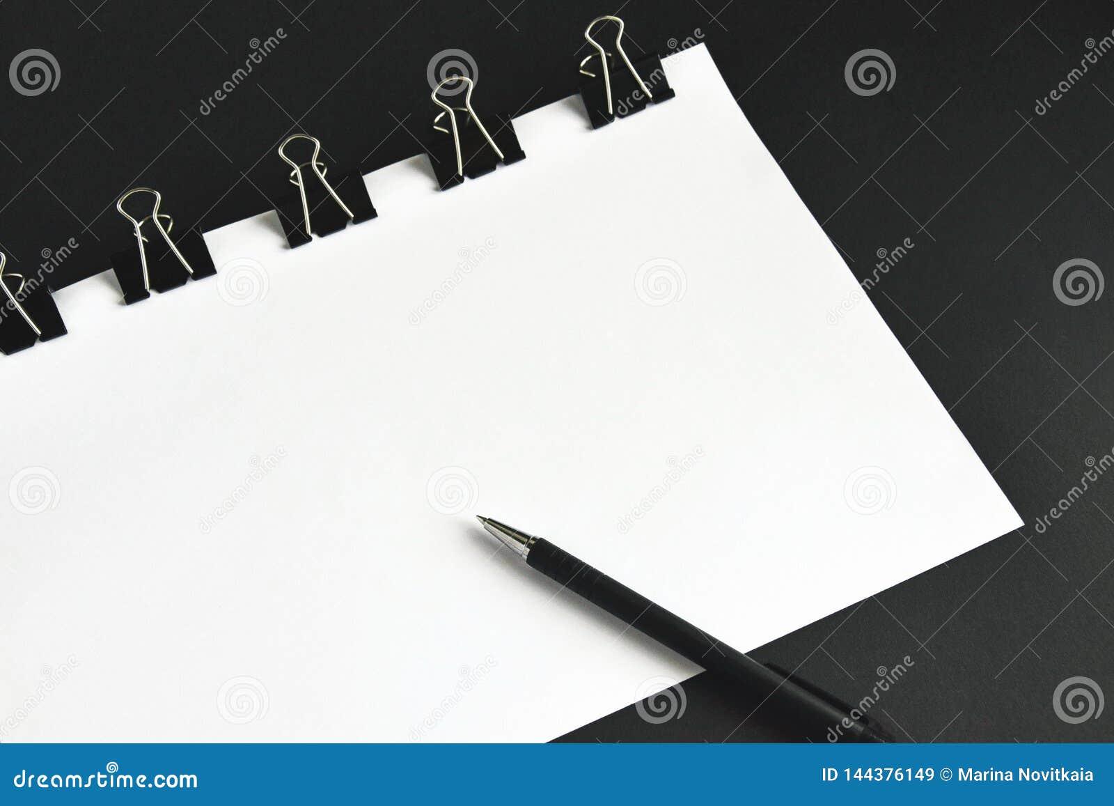 Bureautoebehoren, witte bladen, pen en bindmiddelenklem