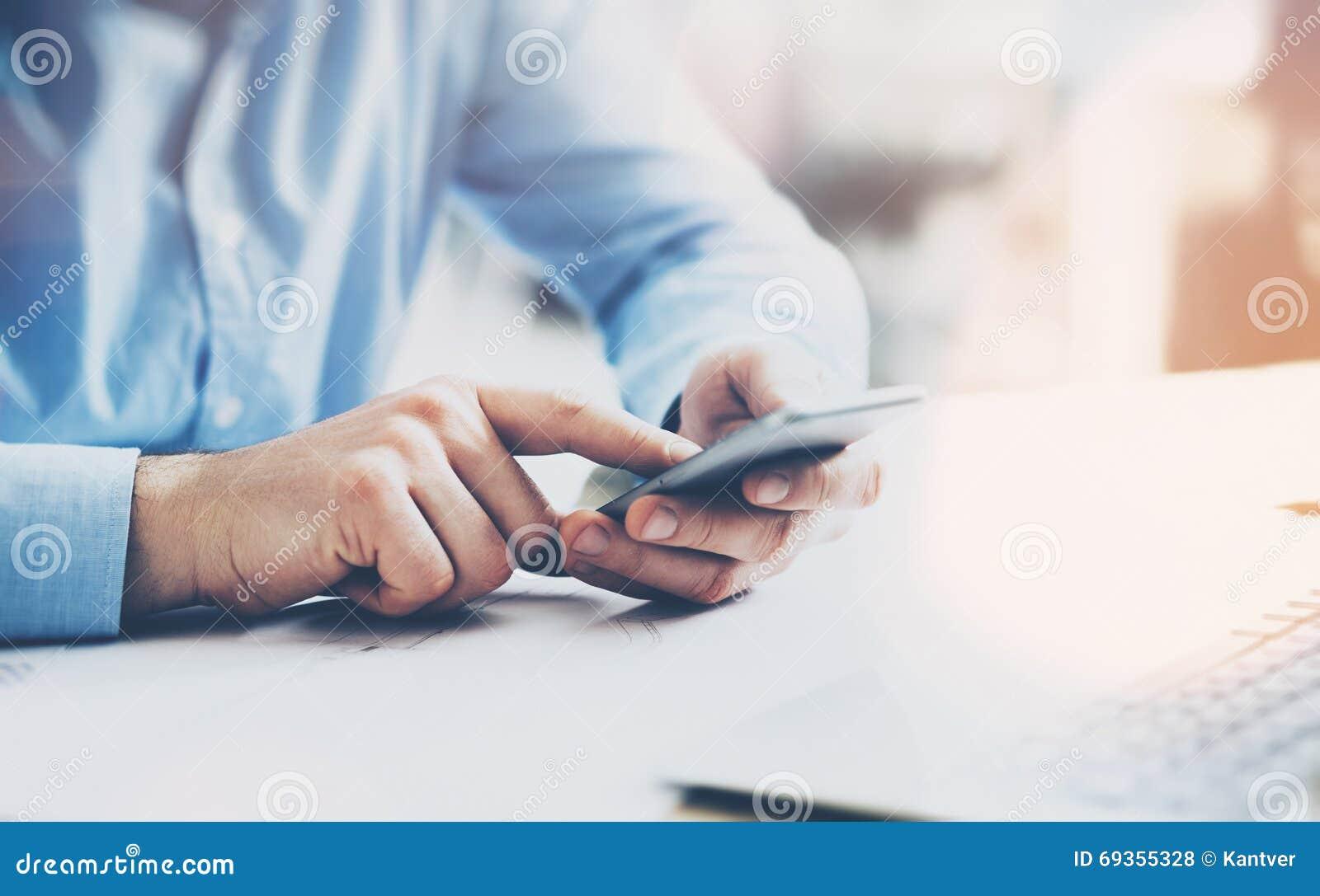 Bureauwereld, tijdrem Zakenman die bij de houten lijst met nieuw bedrijfsproject werken Mens wat betreft moderne het scherm