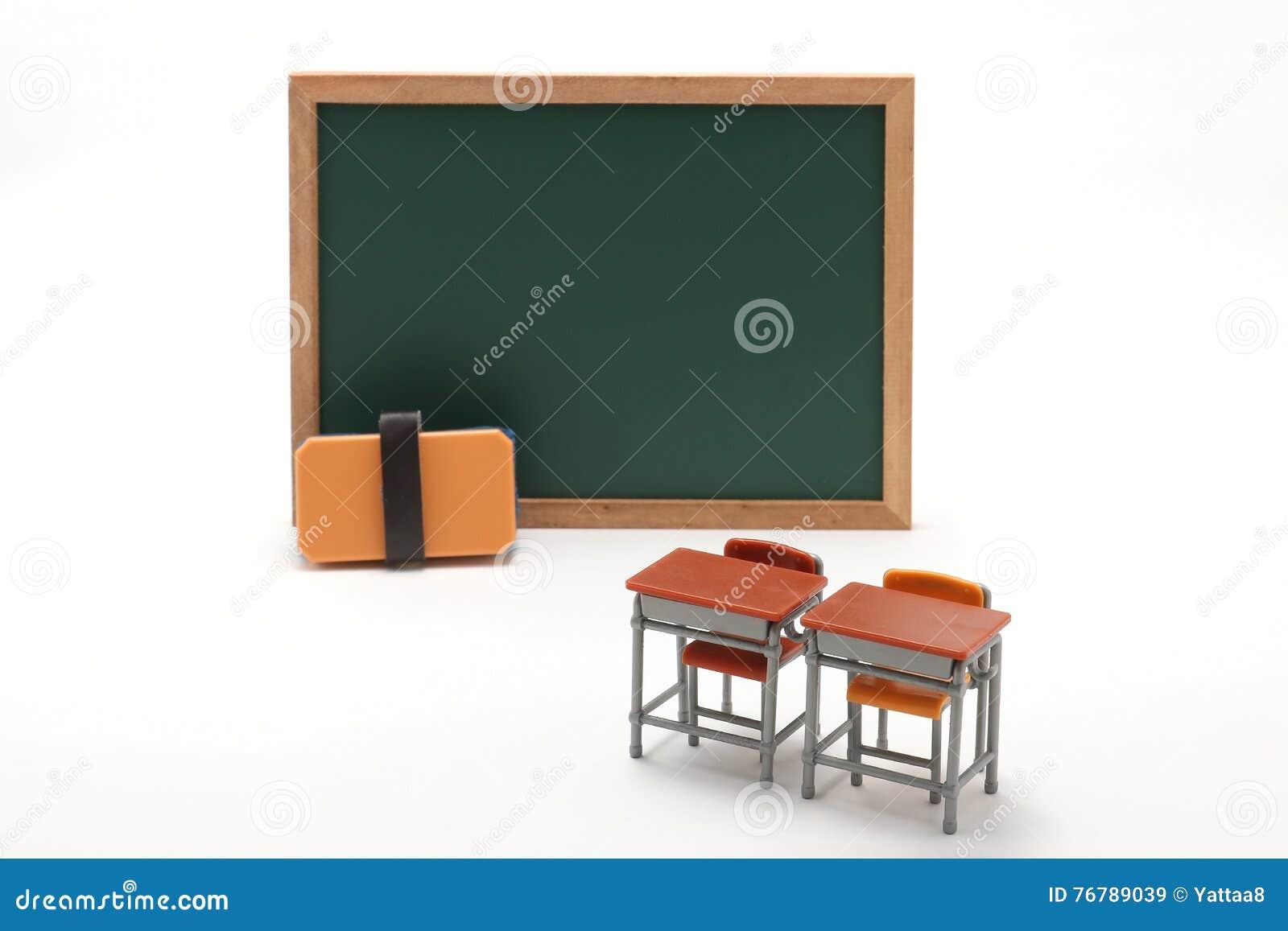 Bureaux miniatures de tableau et d école sur le fond blanc image