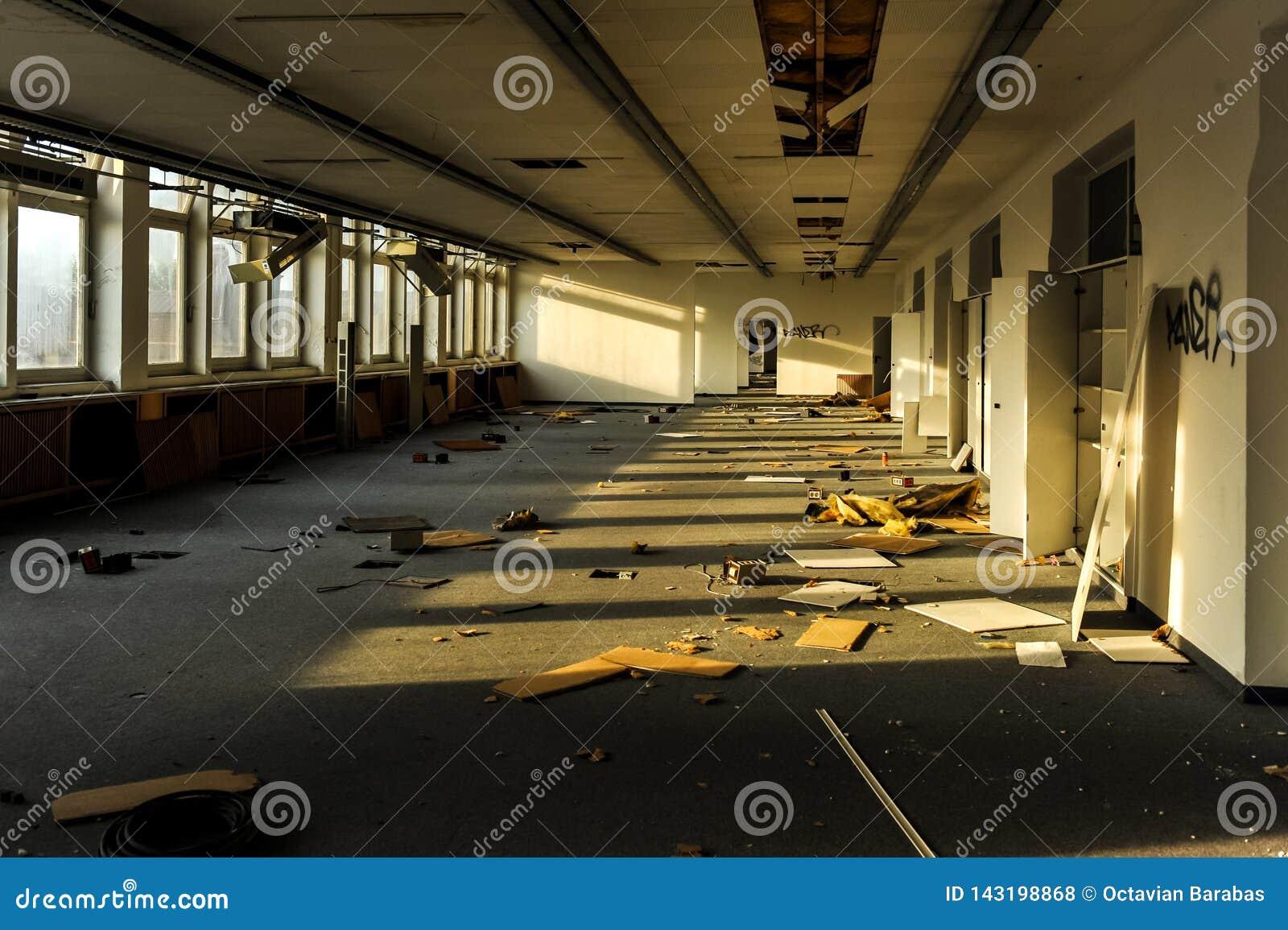 Bureaux ruinés et abandonnés dans la lumière du soleil