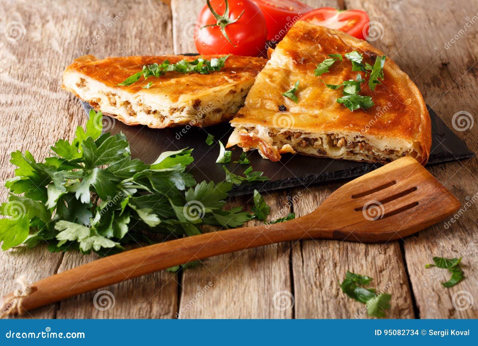 Burek caliente delicioso con el primer de la carne picadita horizontal