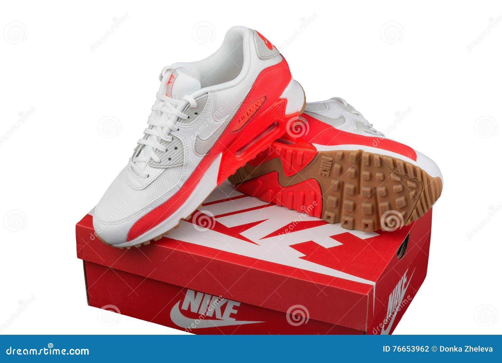 db96e01e82d BURGAS, ΒΟΥΛΓΑΡΊΑ - 29 ΑΥΓΟΎΣΤΟΥ 2016: ΑΝΩΤΑΤΗΣ κυρίας αέρα της Nike -  παπούτσια των γυναικών - πάνινα παπούτσια - εκπαιδευτές, στο άσπρο και  πορτοκαλί, ...