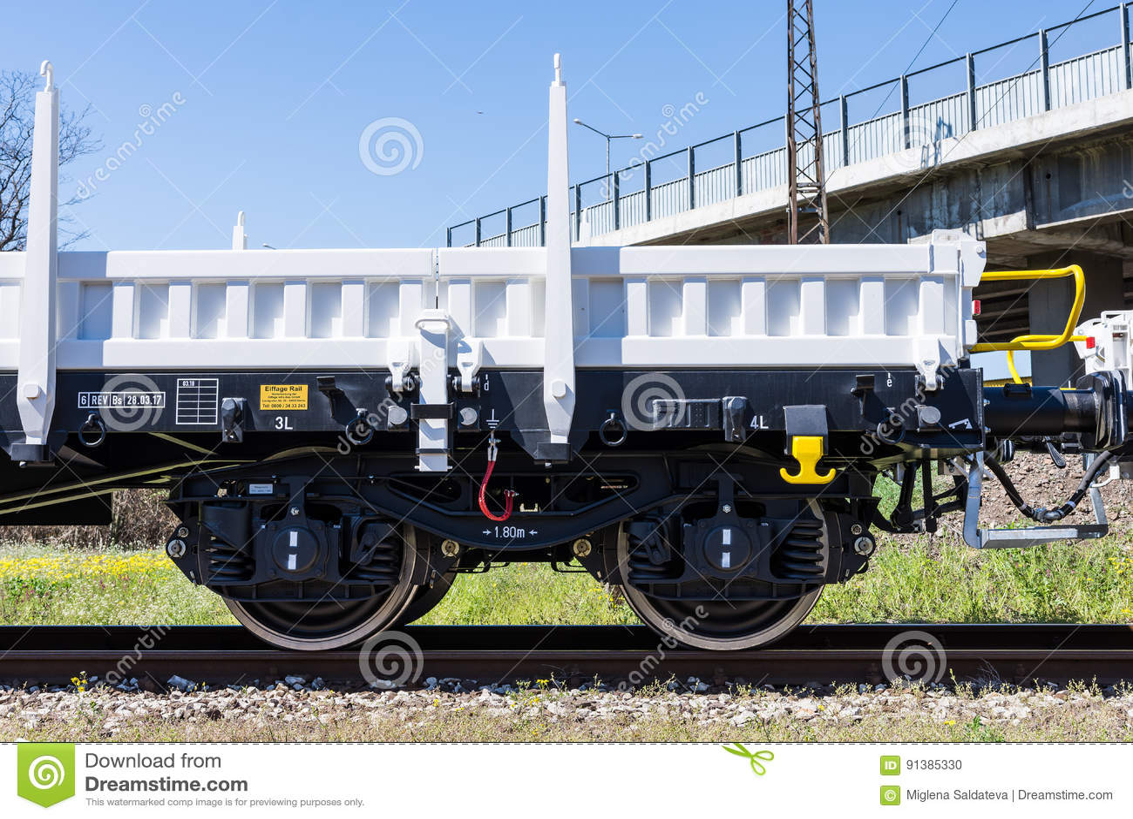 Burgas, Bulgarien - 20. März 2017 - Frachtgüterzug - flacher Lastwagen 4axled weiße Art: Rens Model: 192, B - Transvagon-ANZEIGE