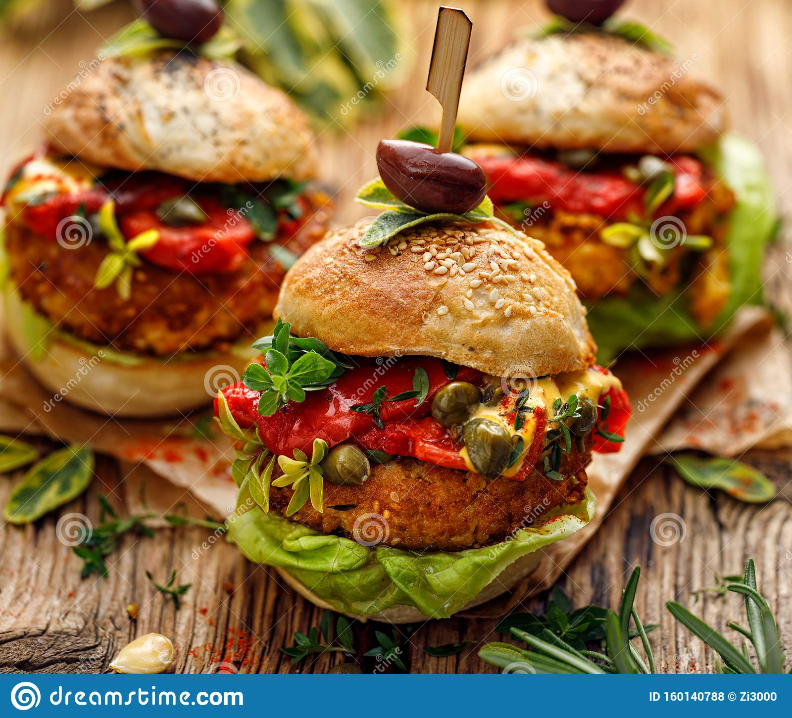 Burger di verdura, hamburger di manichino con aggiunta di peperoni grigliati, lattuga, erbe fresche e capperi
