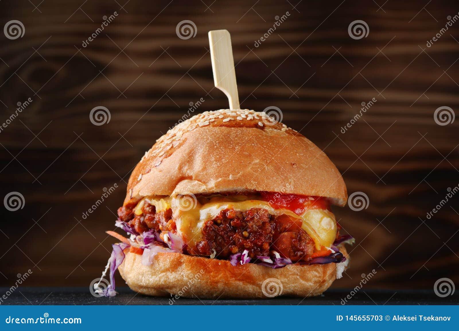 Burger frisch und geschmackvoll auf dunklem Hintergrund Organischer Burger