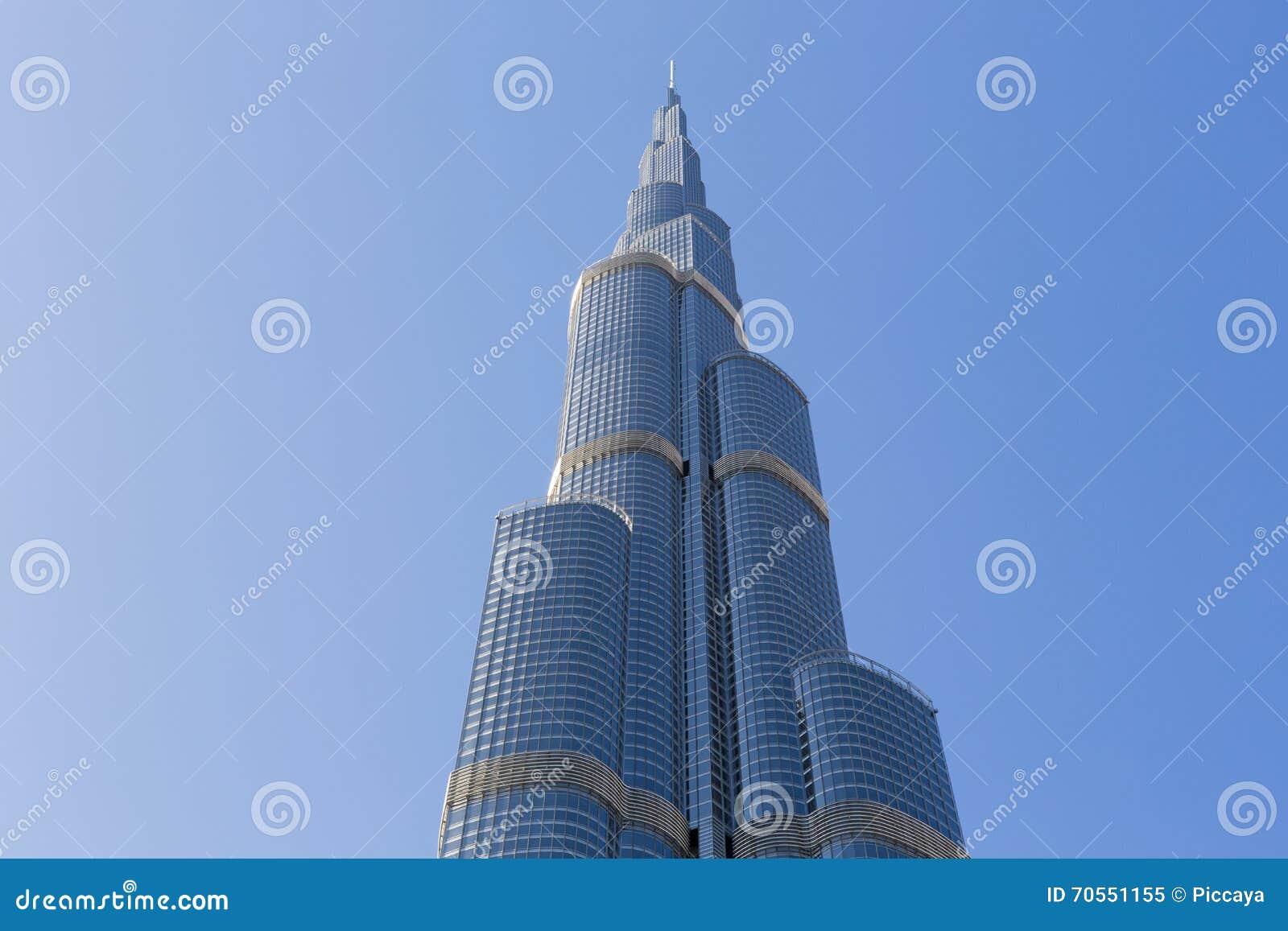 burj khalifa con el cielo azul claro en dubai el edificio ms alto del mundo