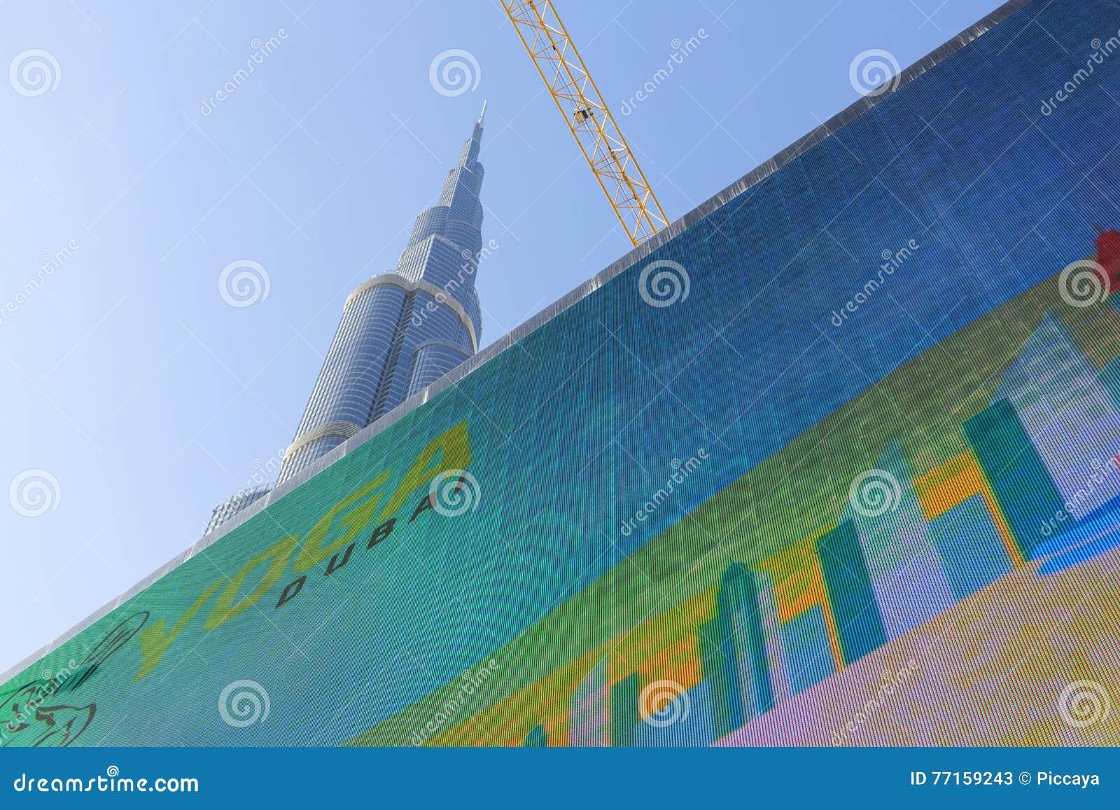 Burj Khalifa derrière l écran numérique énorme à Dubaï, le monde grand