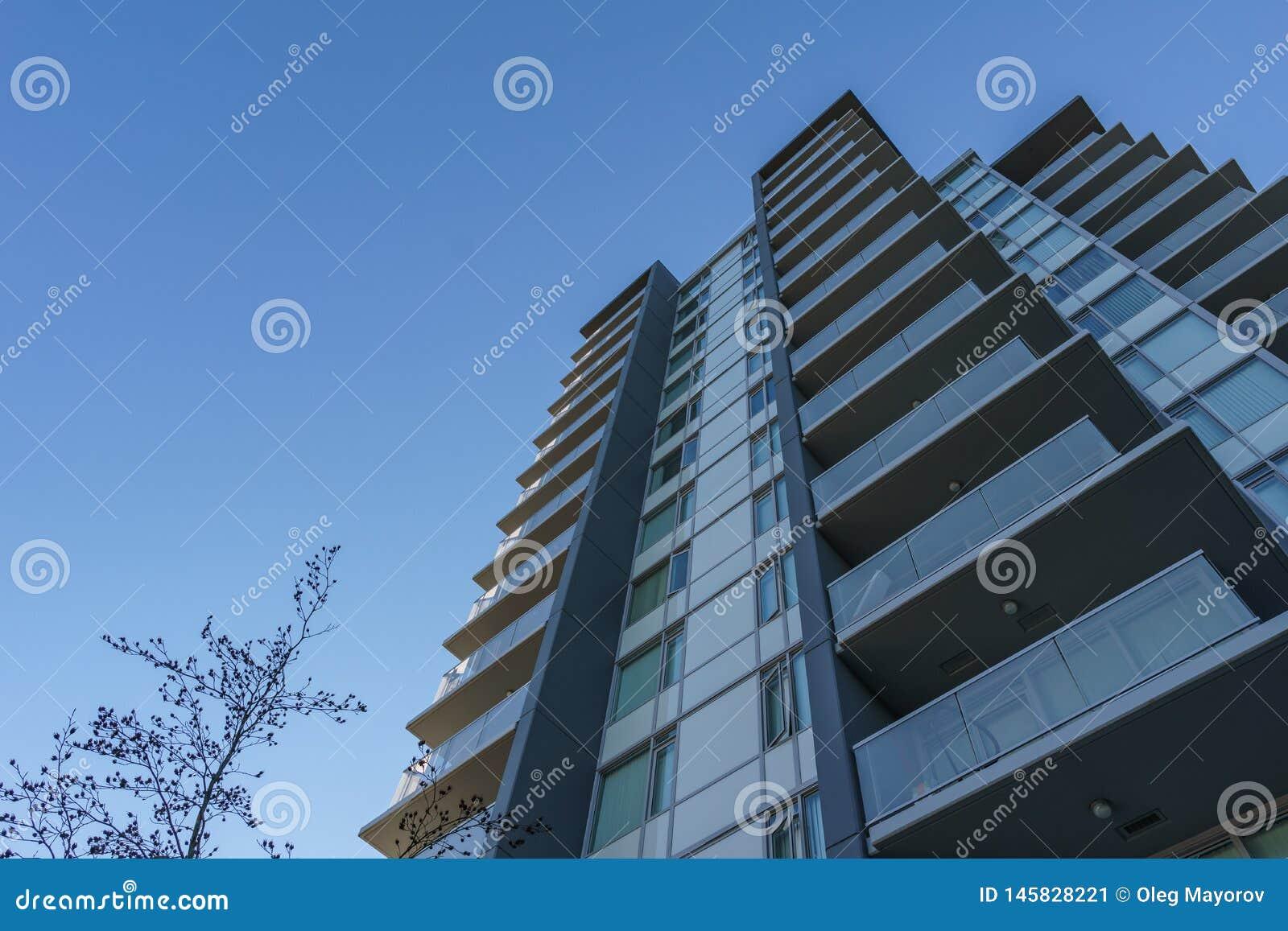 BURNABY, CANADÁ - 17 DE NOVEMBRO DE 2019: prédios de apartamentos no dia ensolarado do outono no Columbia Britânica