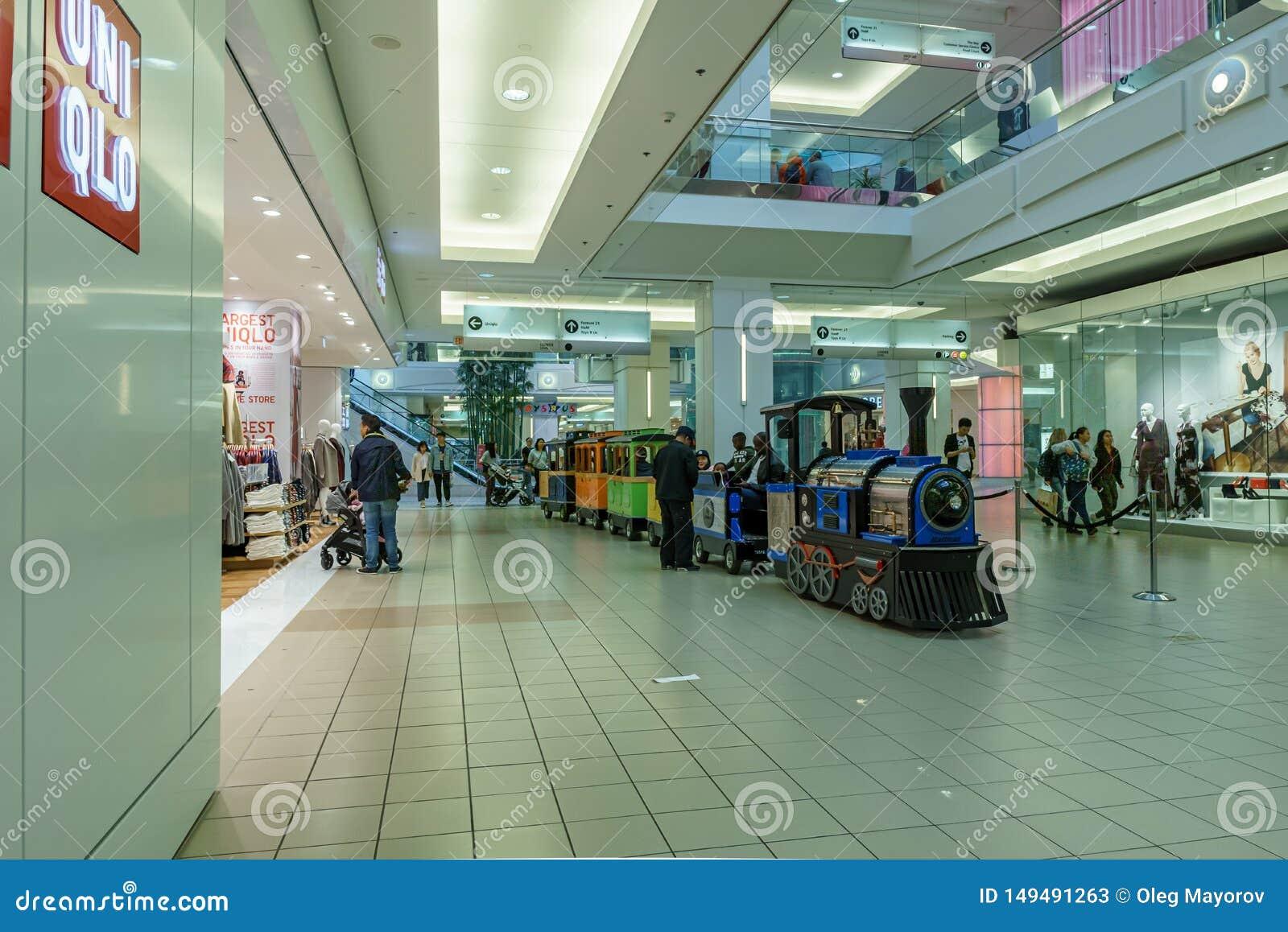 Burnaby, CANADA - 21 settembre 2018: vista interna della metropoli al centro commerciale di Metrotown