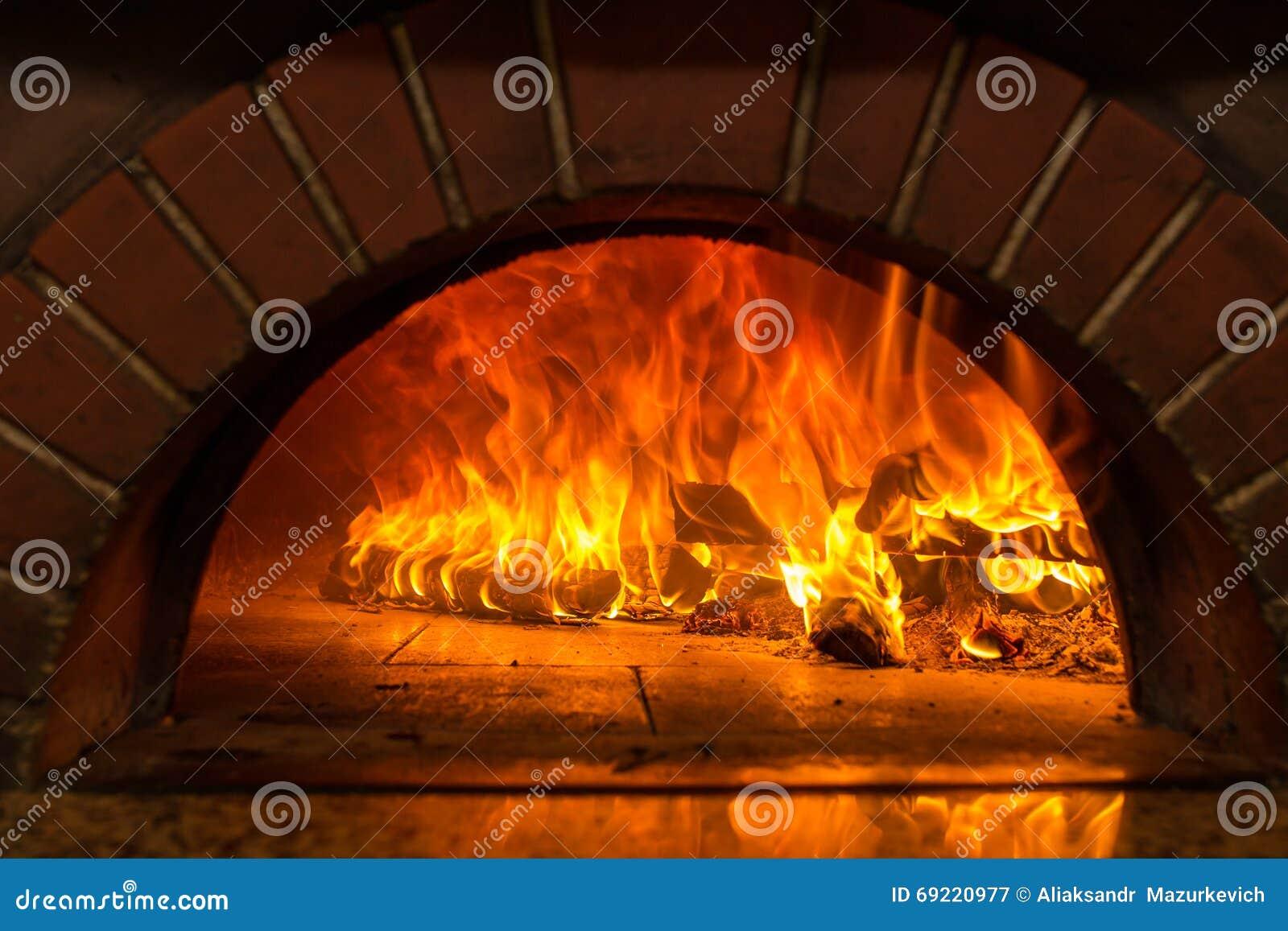 Burning de madera del fuego en el horno