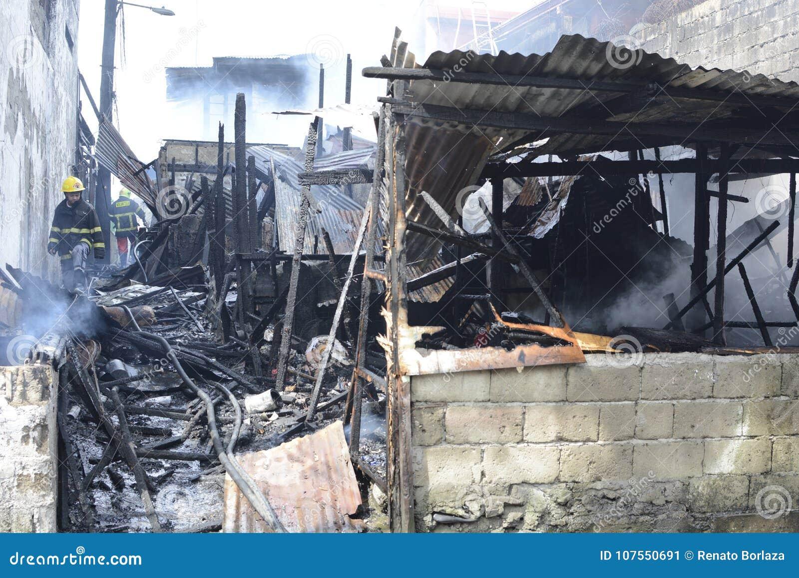 Burnt i patroszyjący domy spadać wewnętrzni szanta domy