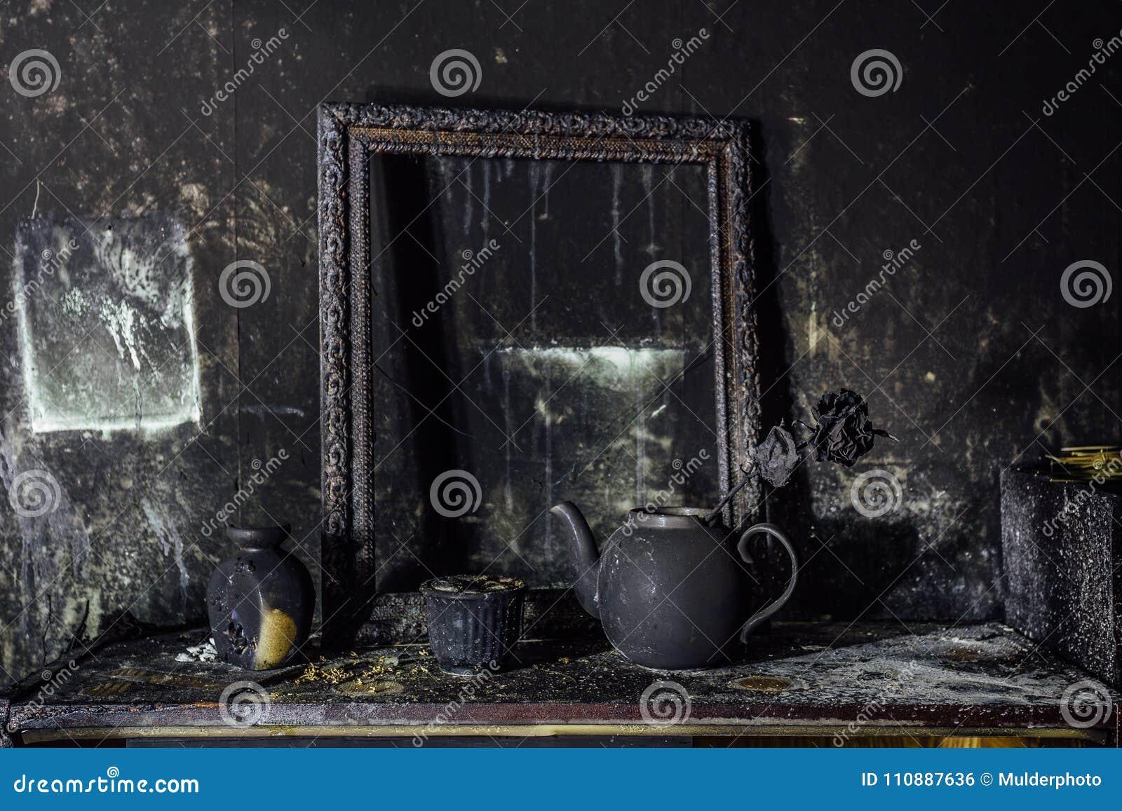 Burnt izbowy wnętrze Burnt wciąż życie Przypalająca ściana, obrazek rama, garnek z pali wzrastał w czarnej sadzy
