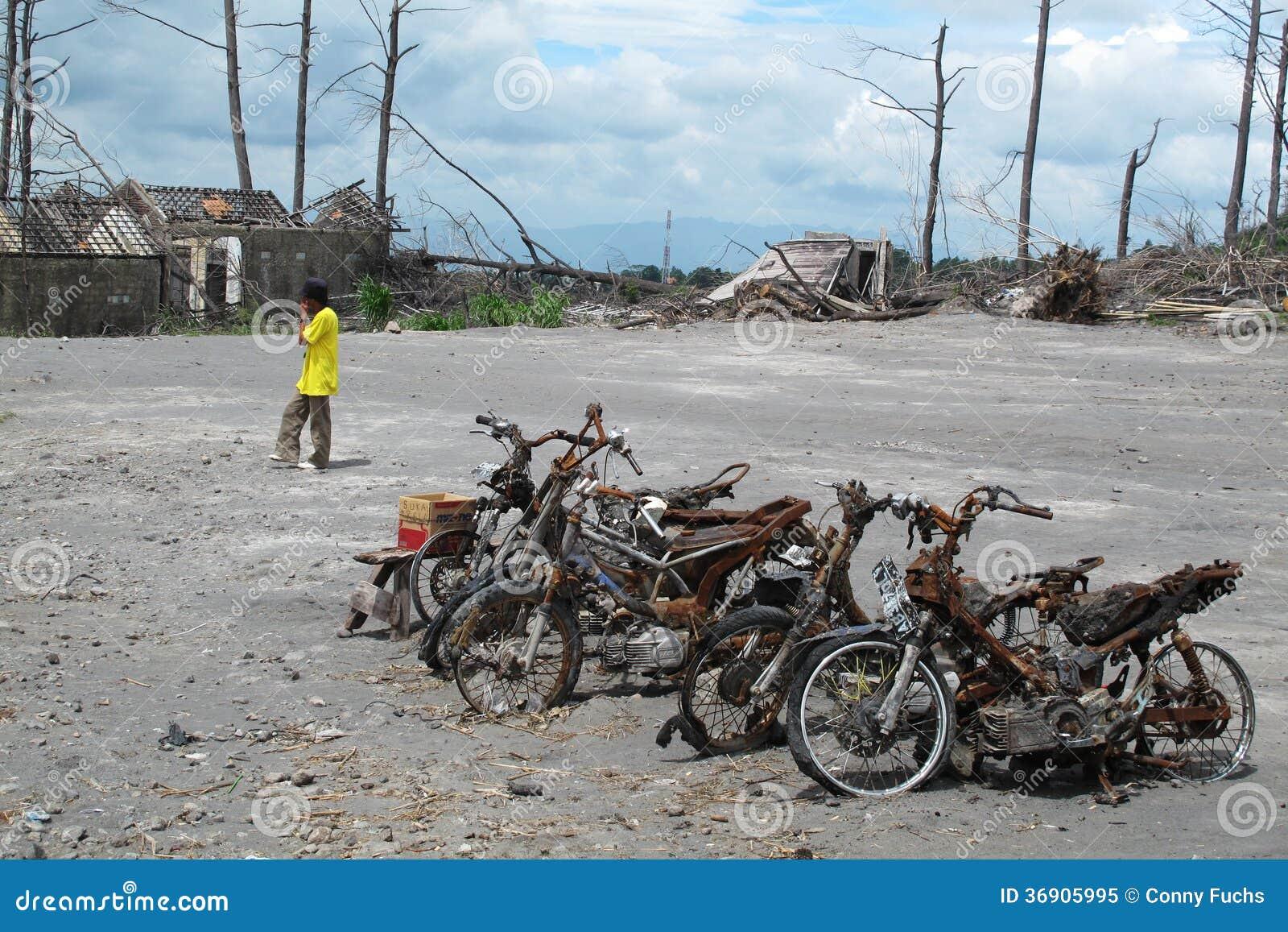 Burnt motocykli/lów wraki po wulkan erupci