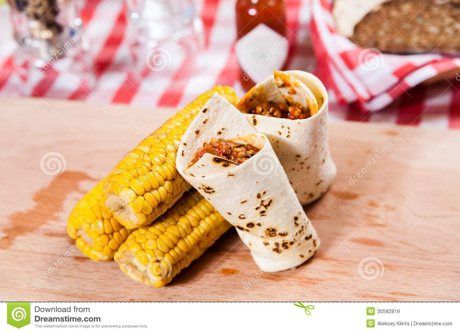 Burrito con maíz en el tablero de madera