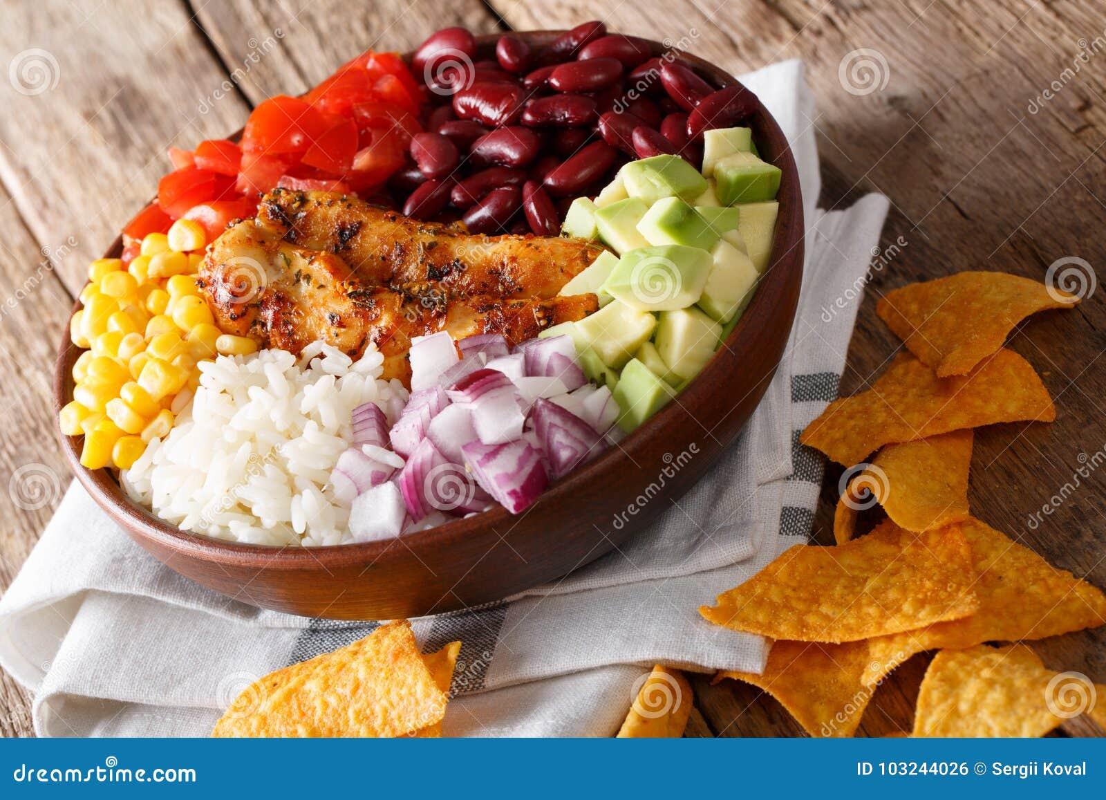 Burrito puchar z piec na grillu kurczakiem i warzywa zakończeniem Horiz