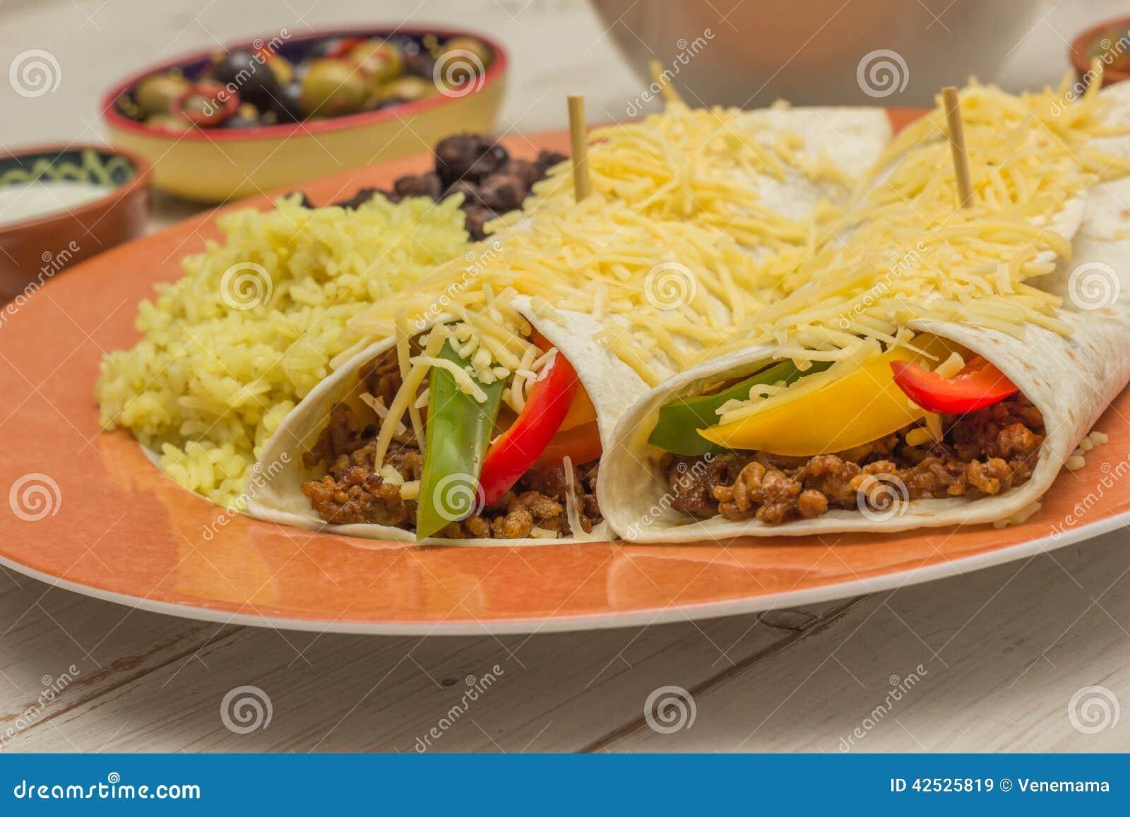 Burritos wypełniający z zmieloną wołowiną i pieprzami