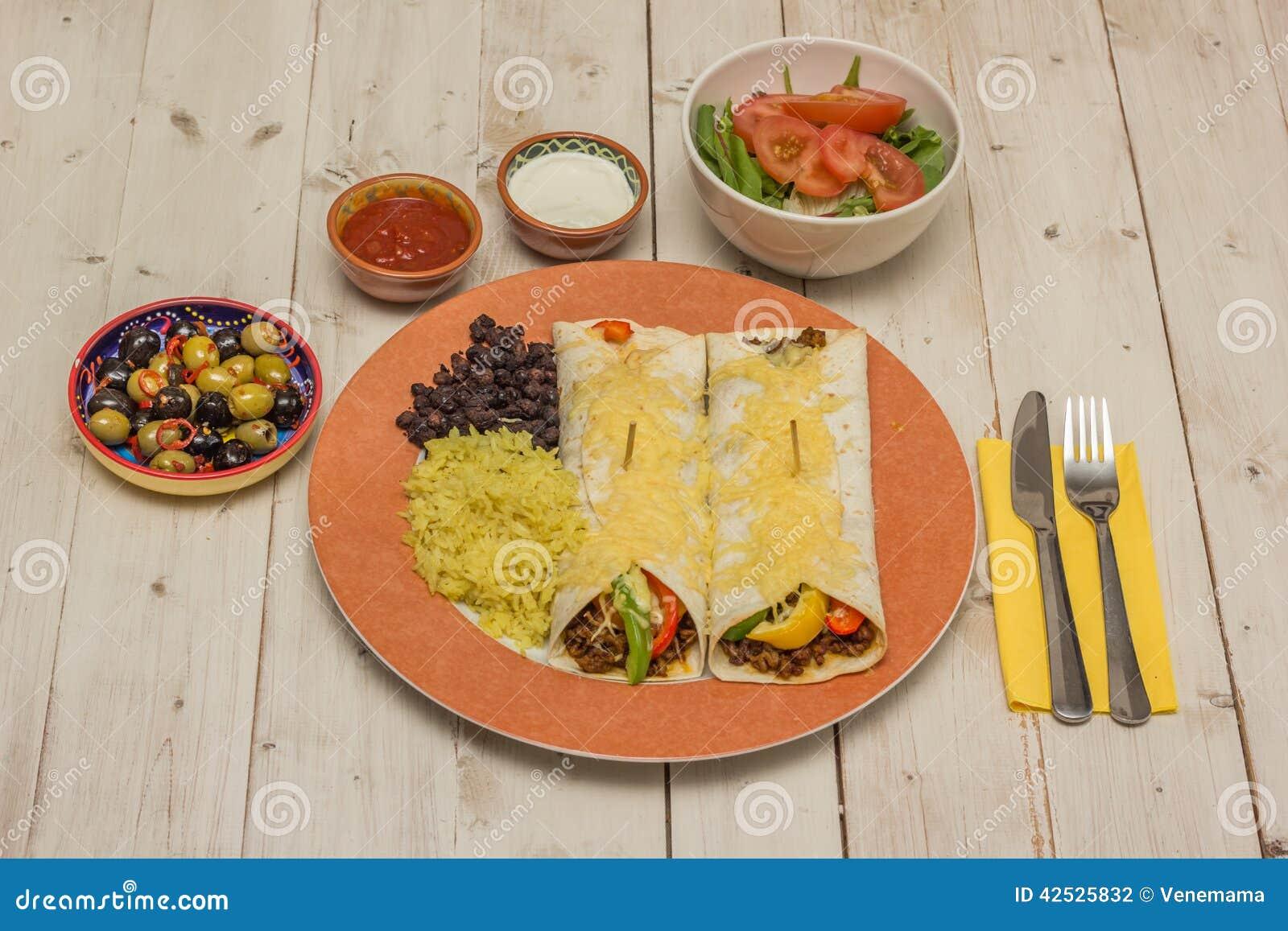 Burritos wypełniający z zmieloną wołowiną i pieprzami nakrywającymi z serem,