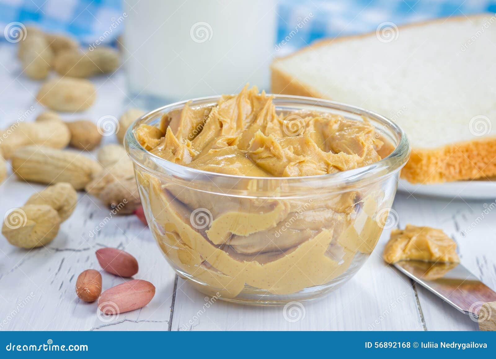 Burro di arachidi cremoso con bicchiere di latte