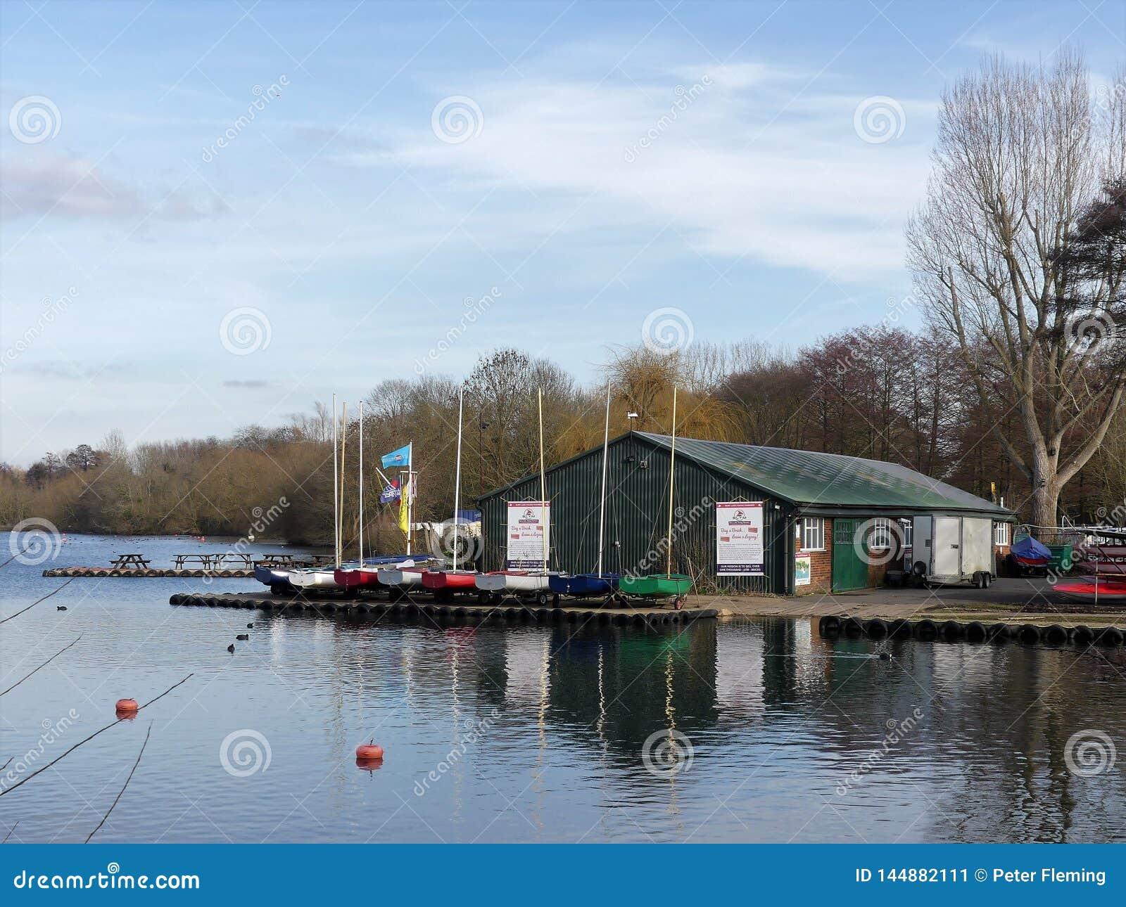 Bury湖年轻水手在Bury湖,Rickmansworth Aquadrome棍打
