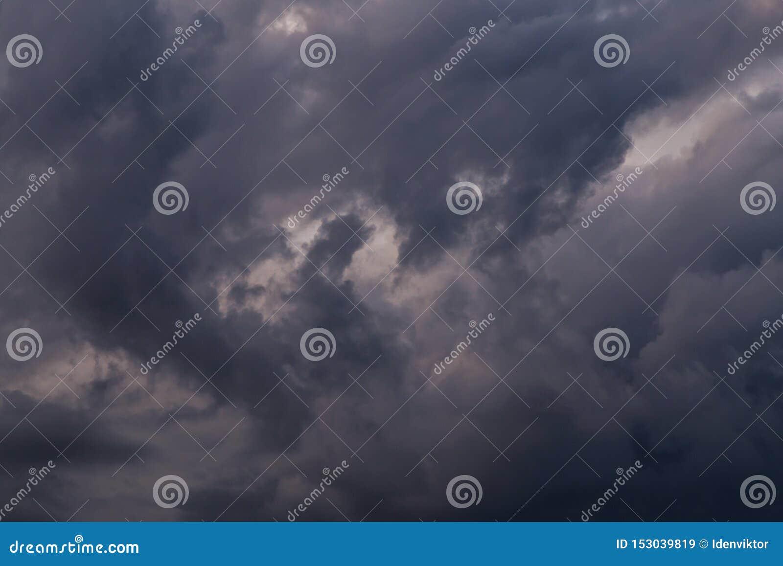 Burz chmur tekstury zbliżenie, ciemna nieba tła tekstura