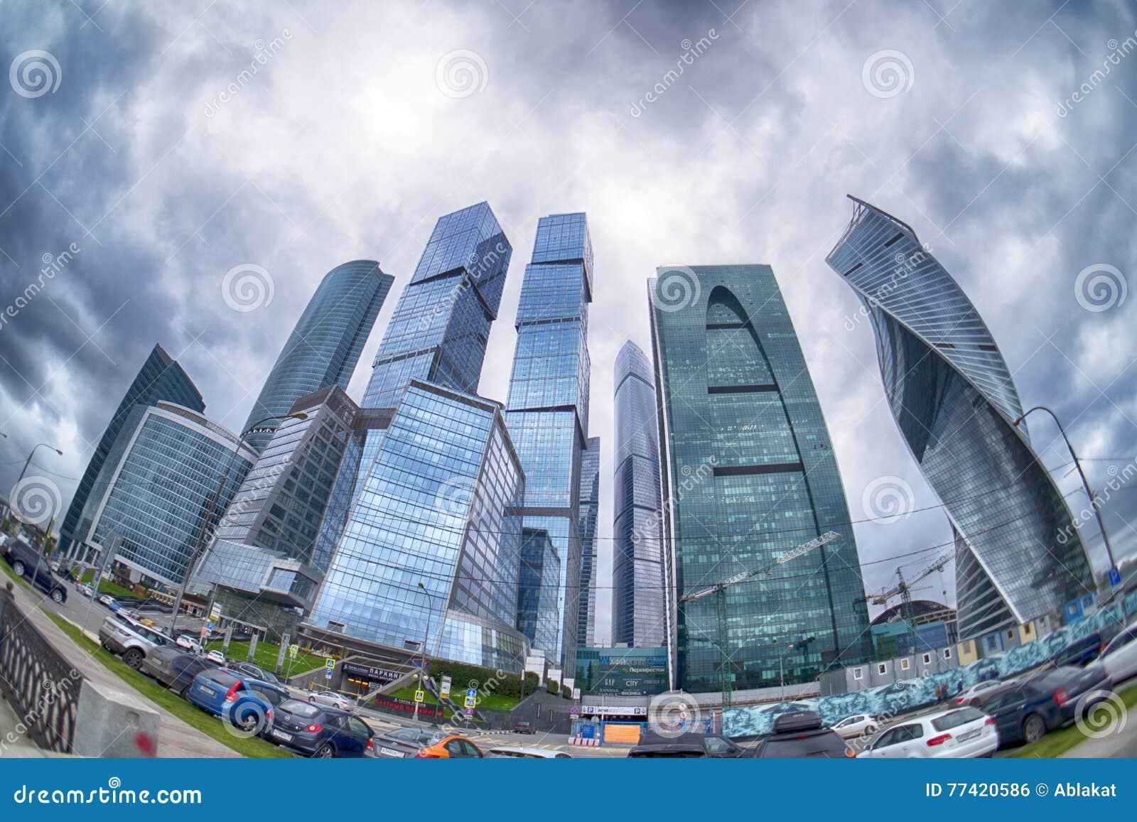 Burz chmury unosi się nad drapaczami chmur Moskwa centrum biznesu Międzynarodowy x28 &; Moskwa x29; Fisheye
