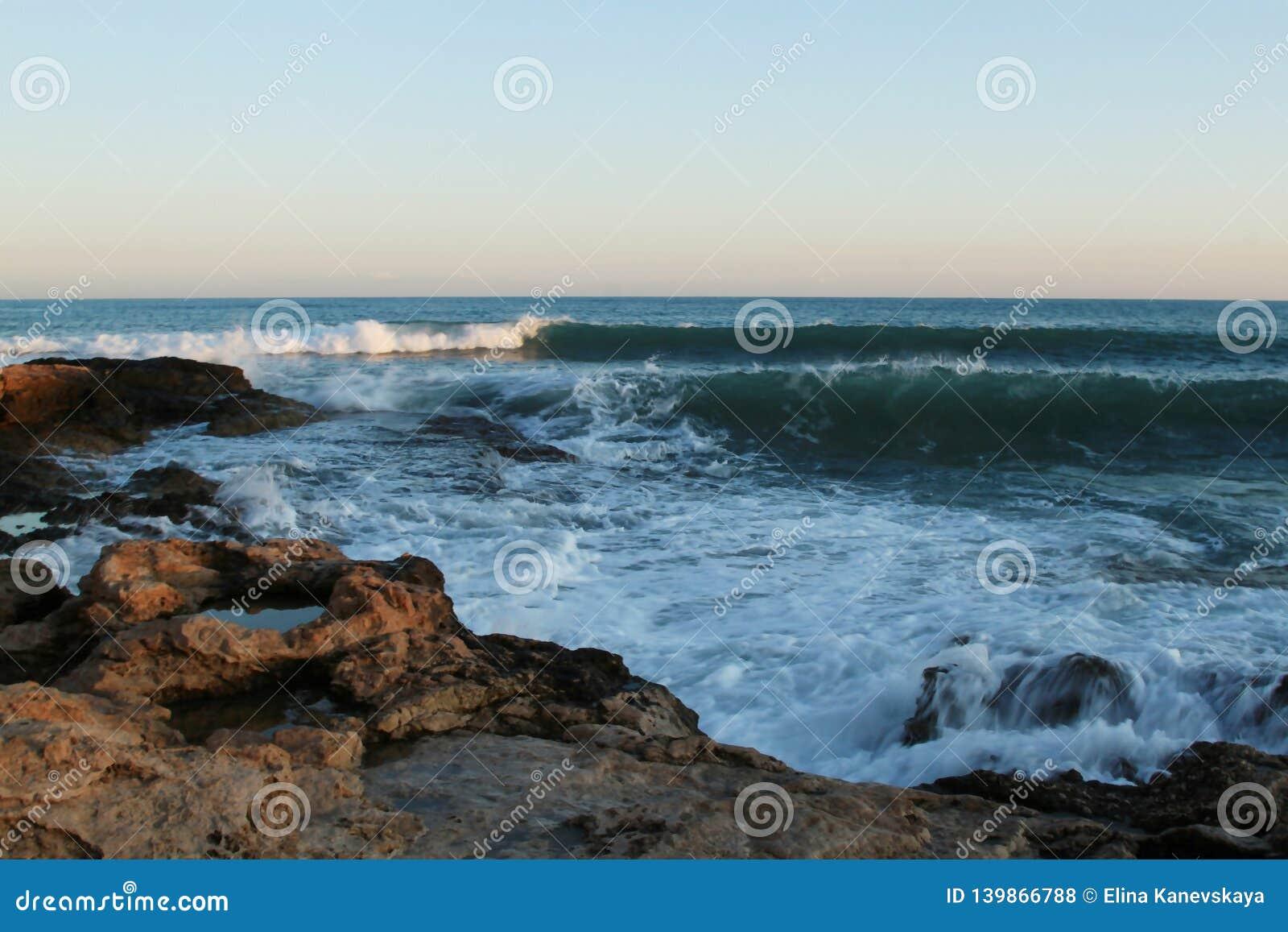 Burza macha na plaży niebieskim niebie i, morze śródziemnomorskie, Hiszpania