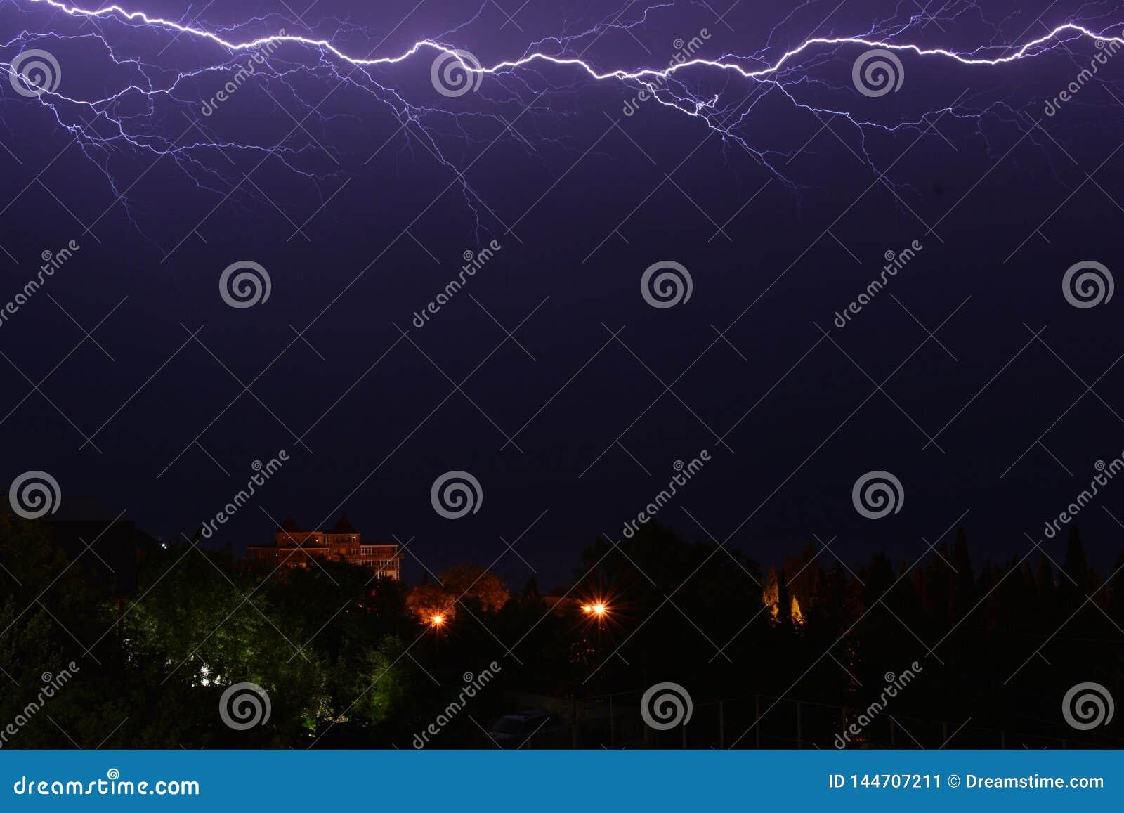 Burza w nocnym niebie nad miastem