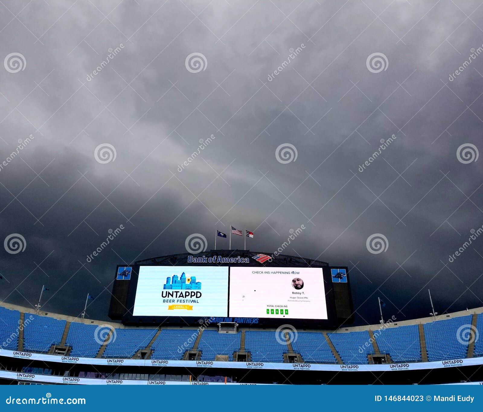 Burze nad bank of america stadium Karolina panter chmurami szalej? przy Niewykorzystanym Piwnym festiwalem
