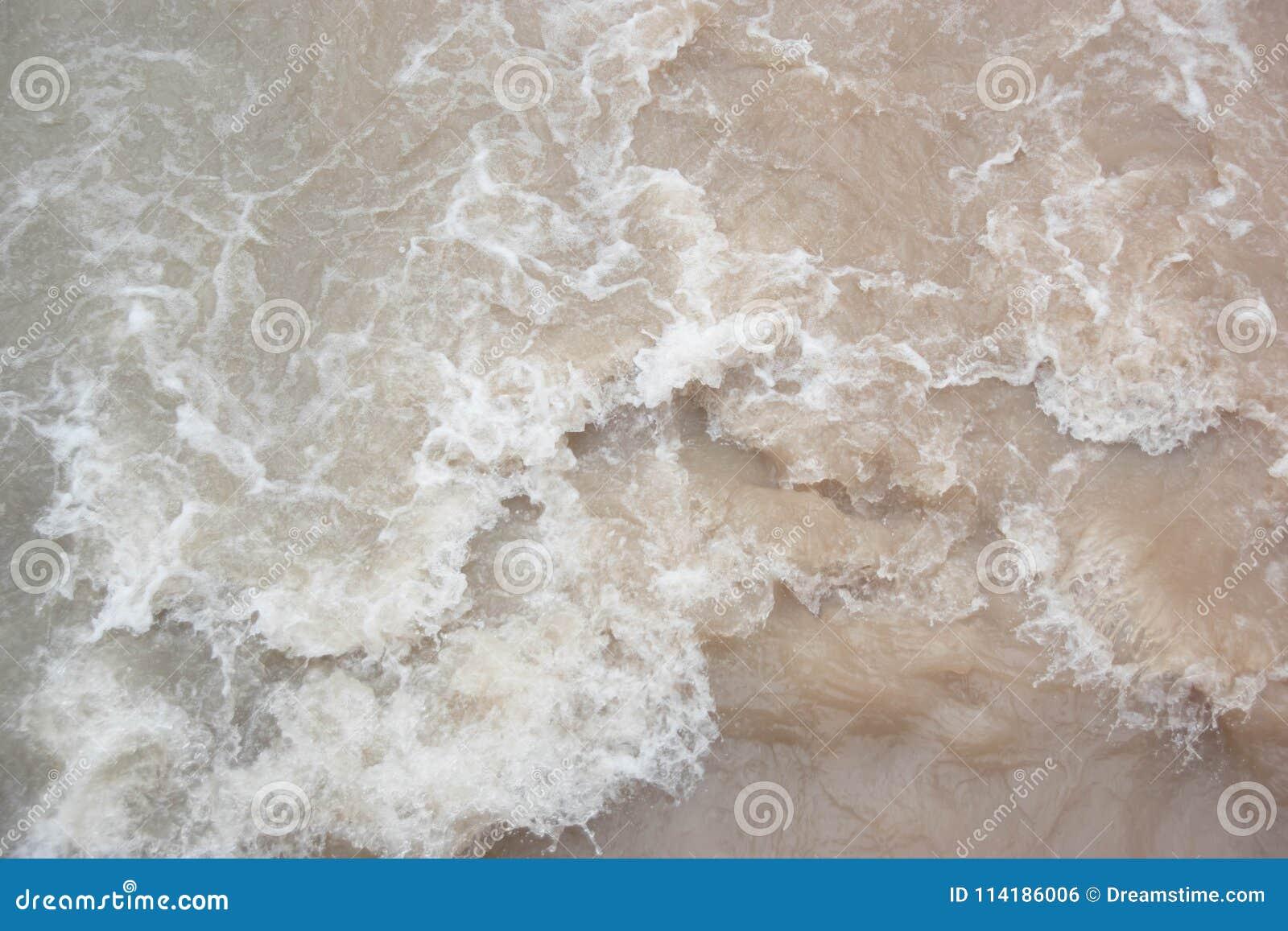 Burzowa clayey woda w rzece