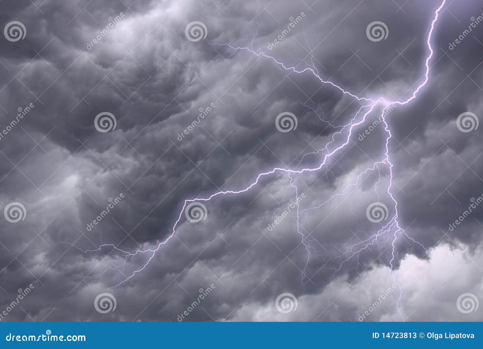 Burzowy dramatyczny oświetleniowy niebo