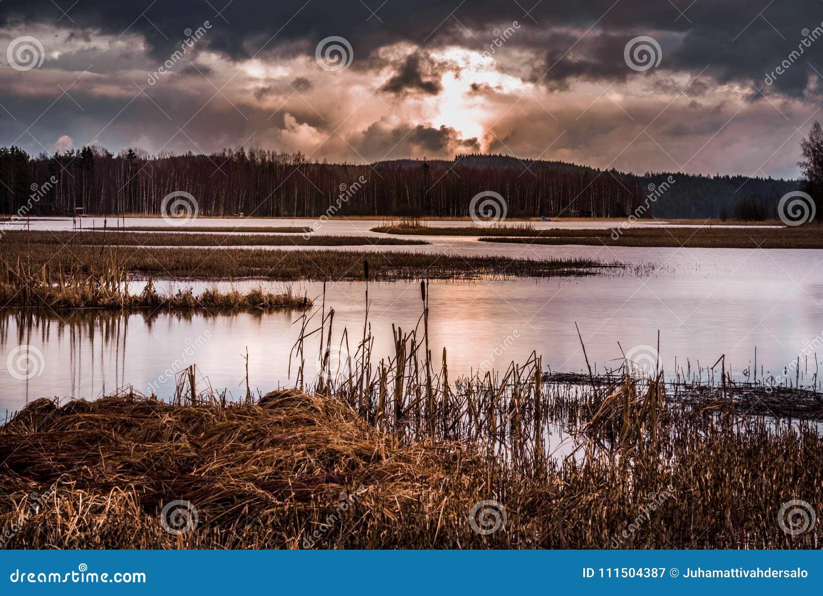 Burzowy krajobrazowy nadjeziorny widok z wschodem słońca