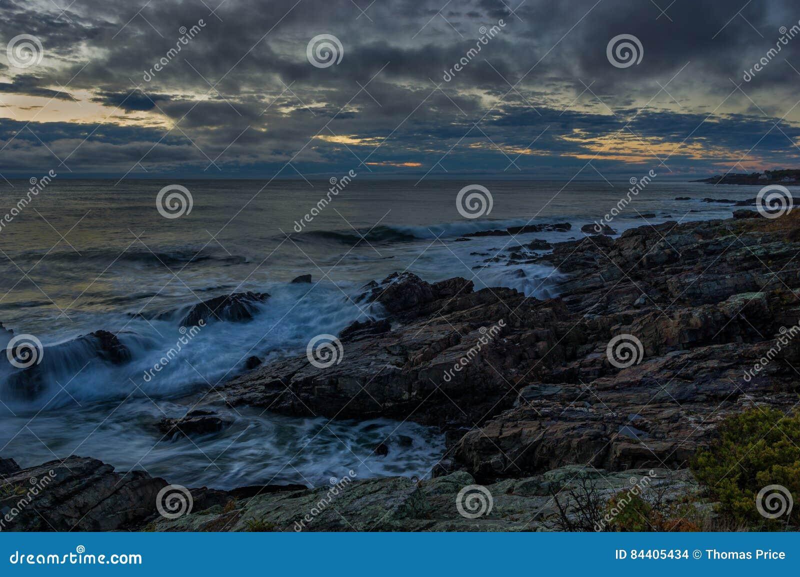 Burzowy wschód słońca na Maine wybrzeżu