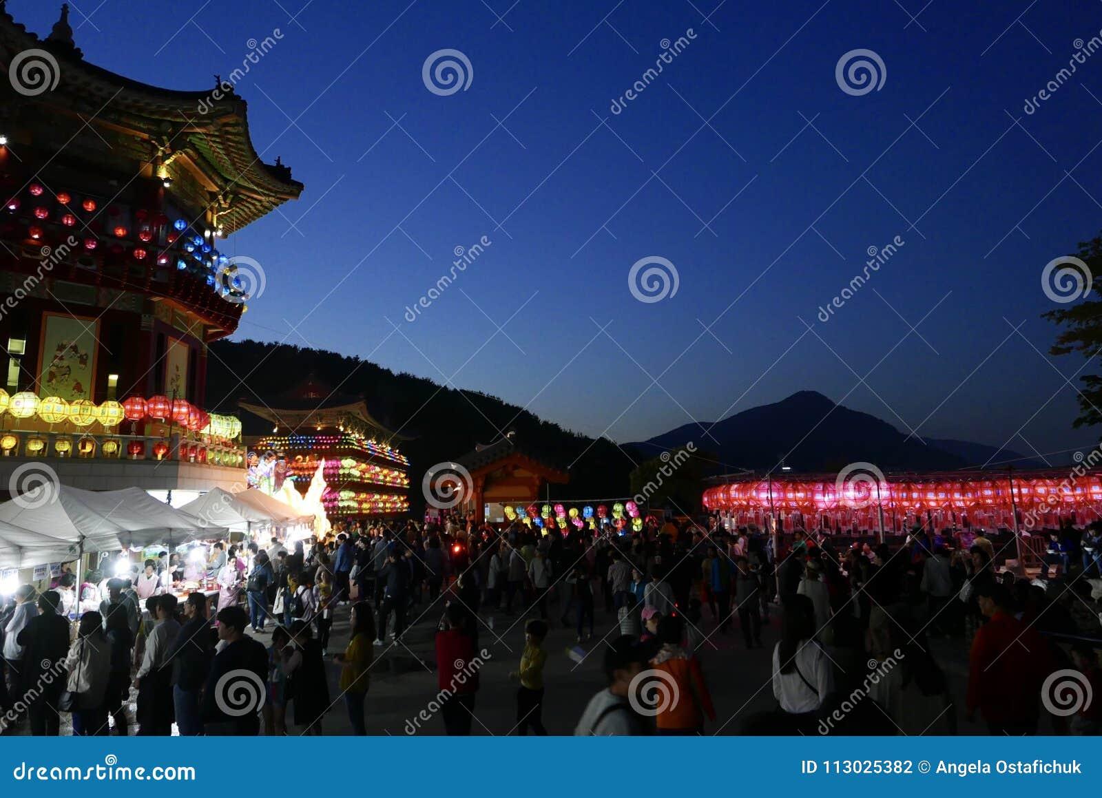 Busán, Corea 4 de mayo de 2017: Templo de Samgwangsa adornado con las linternas