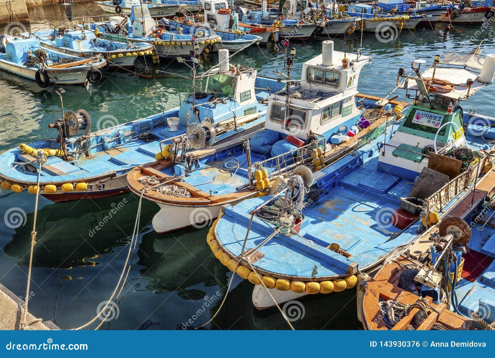Busán, Corea del Sur, 01/03/2018 Barcos de pesca multicolores en el puerto al lado del mercado de pescados Primer