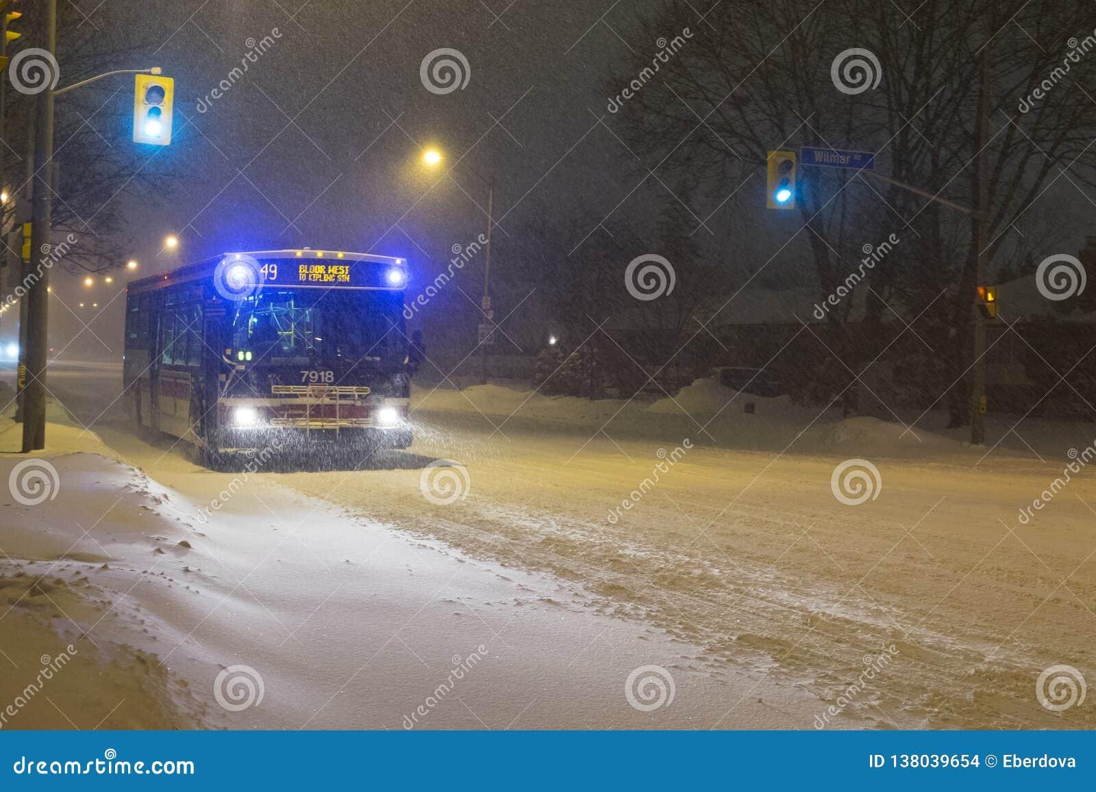 Bus di TTC che guida sulla via di Bloor, Toronto, durante la tempesta della neve