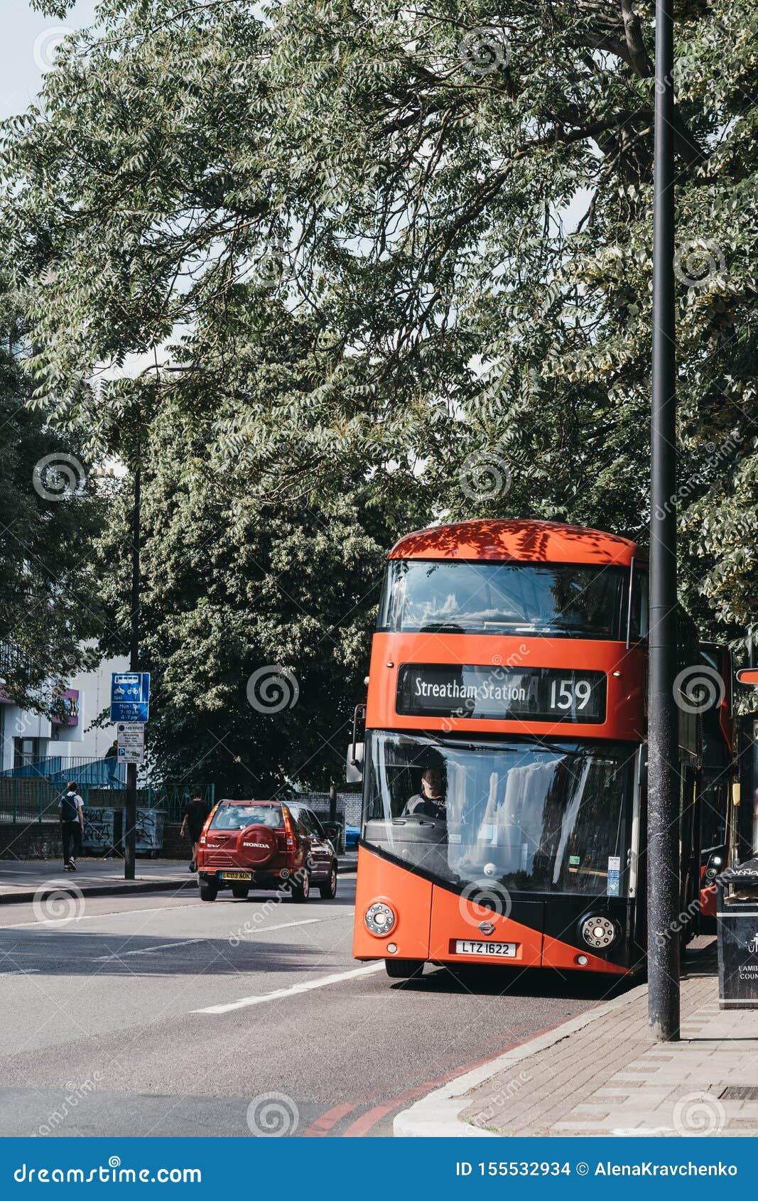 Bus 159 naar Streatham-Post op een straat in Brixton, Zuid-Londen, het UK