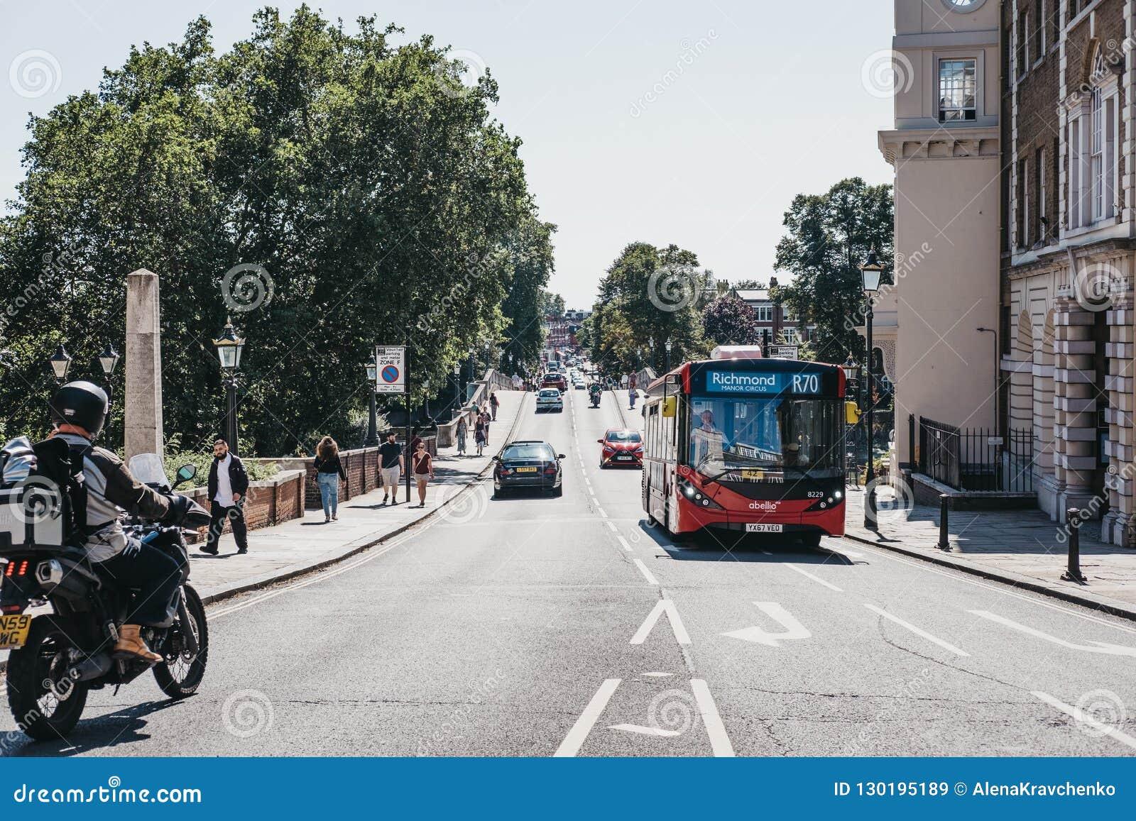 Bus rosso sul bus dell itinerario R70 sulla via a Richmond, Londra, Regno Unito