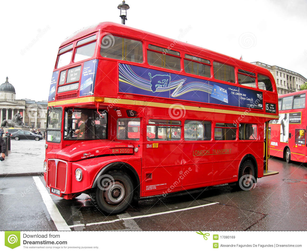 bus rouge dans trafalgar londres carr e image stock ditorial image du place rouge 17080169. Black Bedroom Furniture Sets. Home Design Ideas