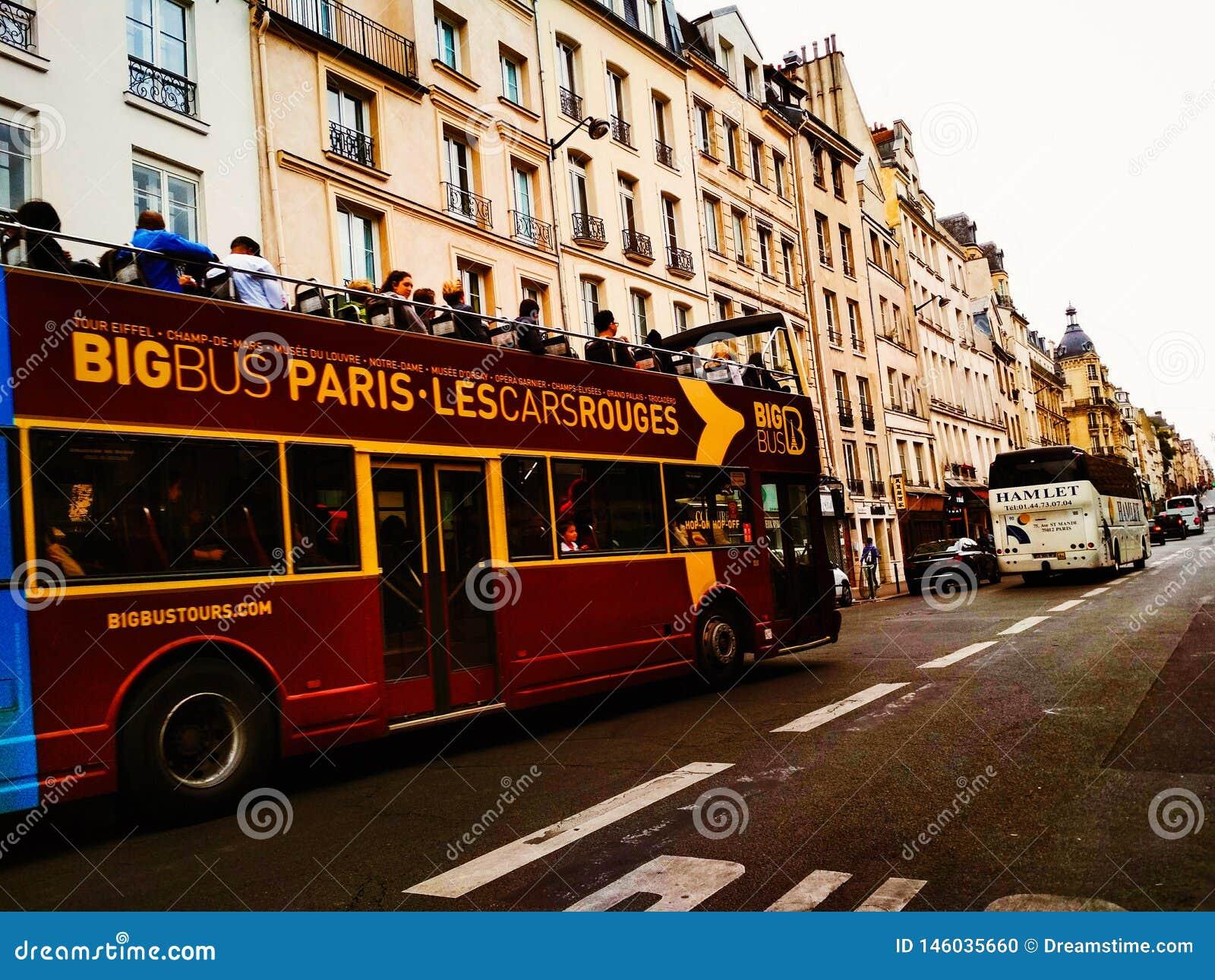 Bus turístico de París con los turistas